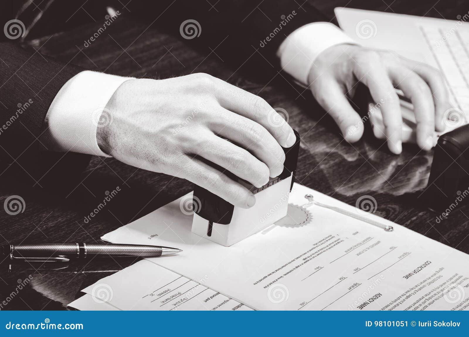 Contrat De Signature Avocat Ou Notar Sur Son Lieu De Travail Image