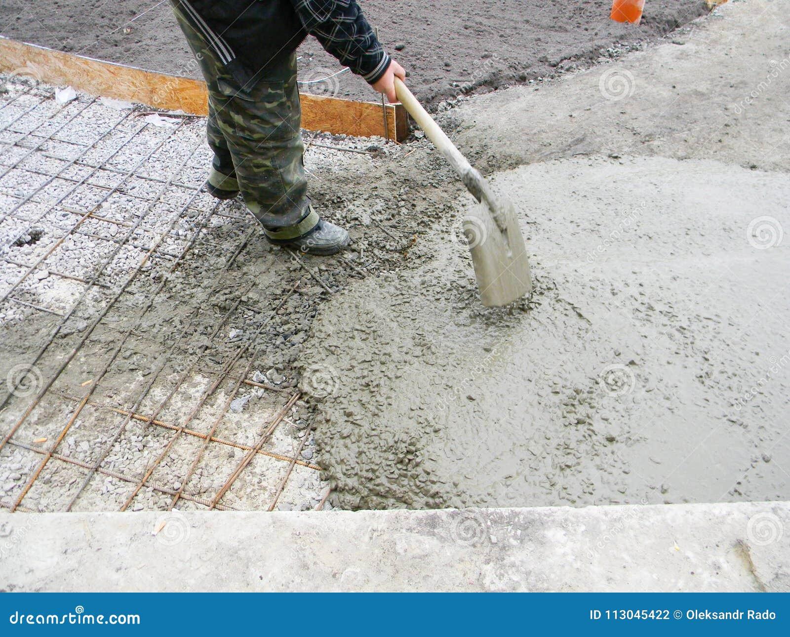 Contratante que constrói a fundação nova do pavimento concreto no jardim Construção para pavimentar, trajeto da fundação