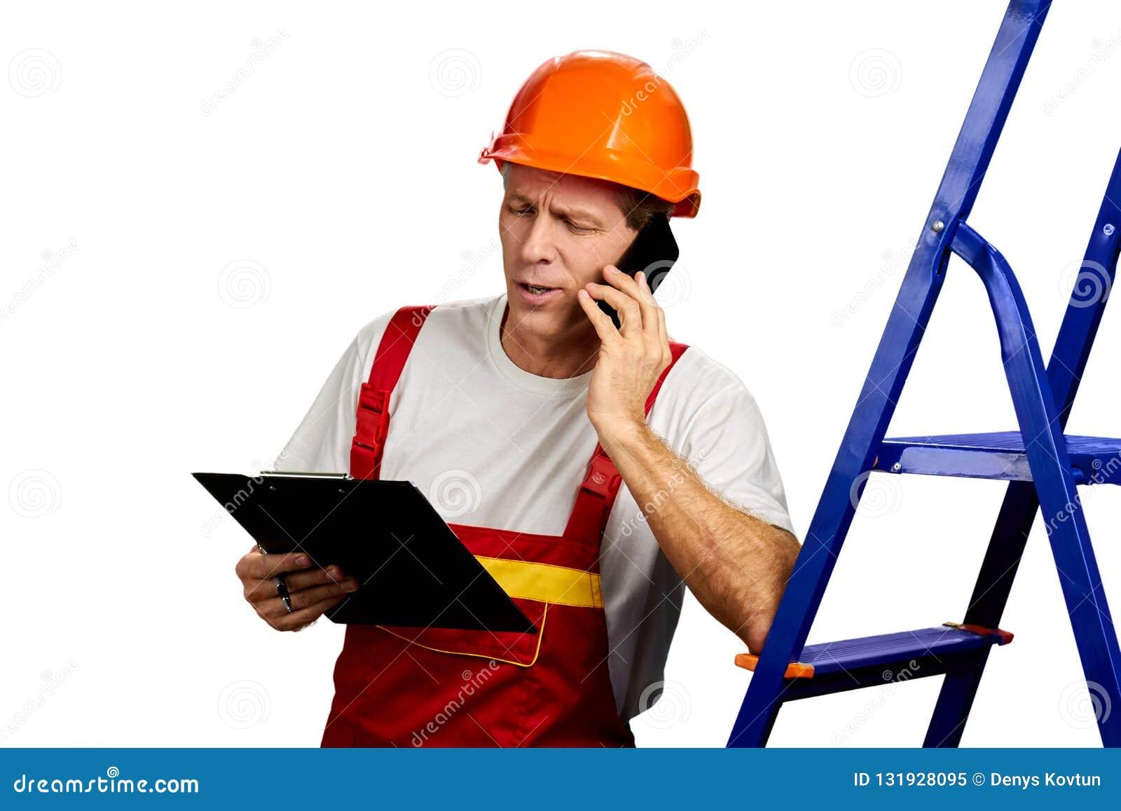 Contratante seguro que fala no telefone celular
