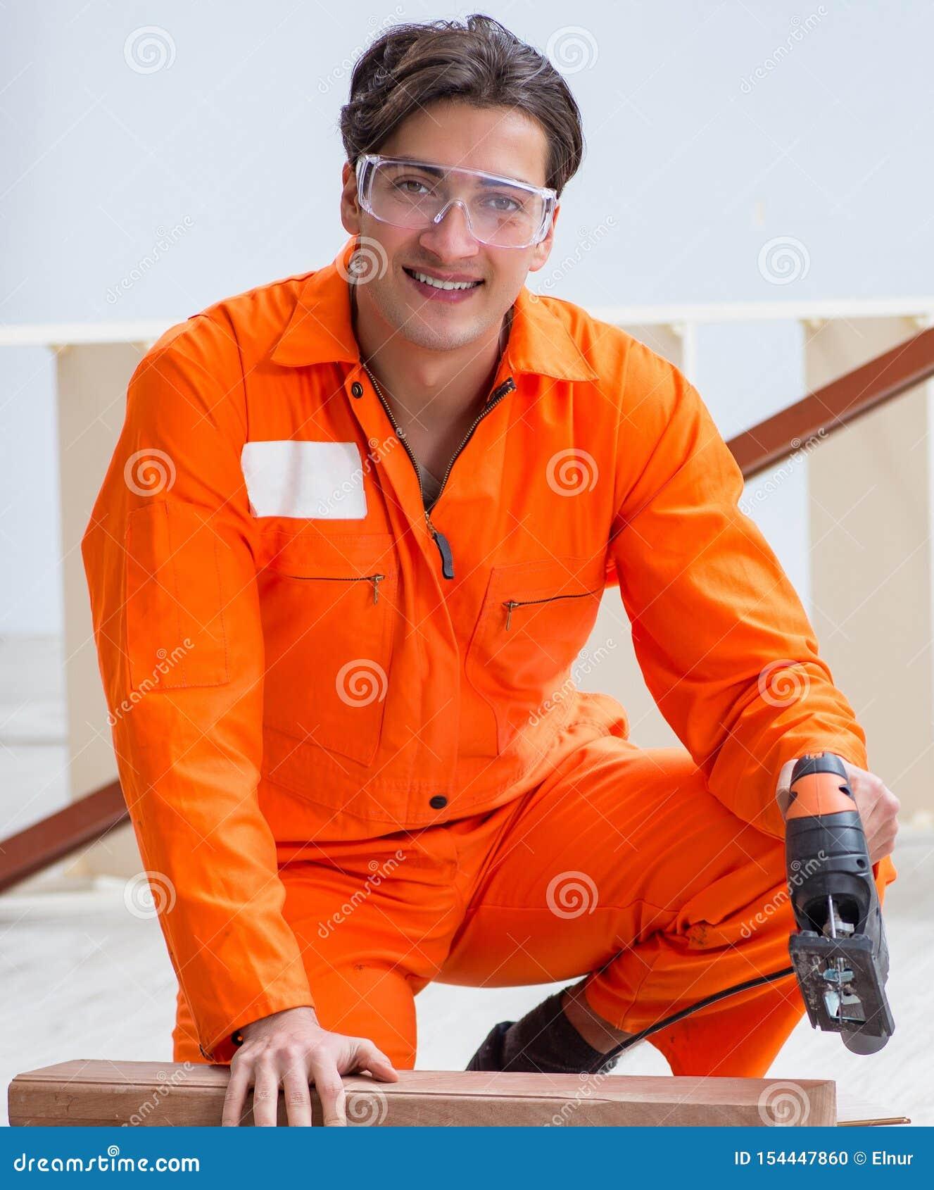 Contratista que trabaja en piso de madera laminado