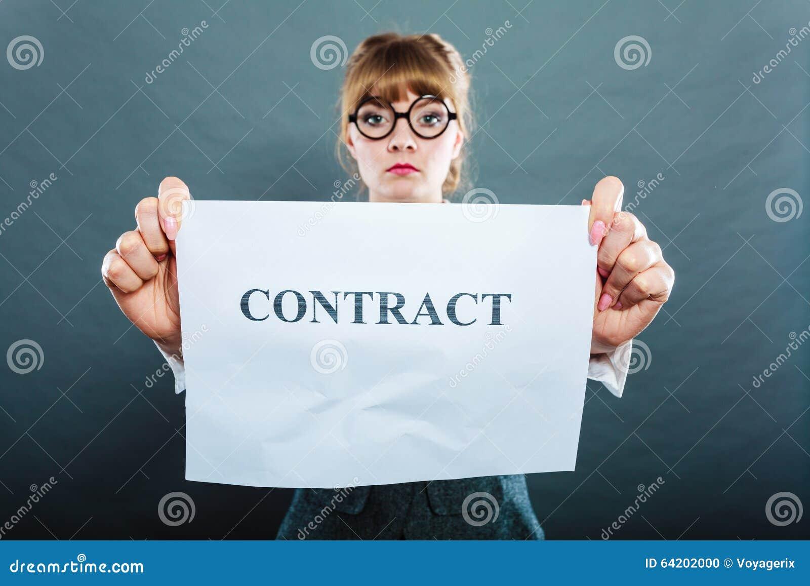 Contrato arrugado demostración infeliz de la mujer de negocios