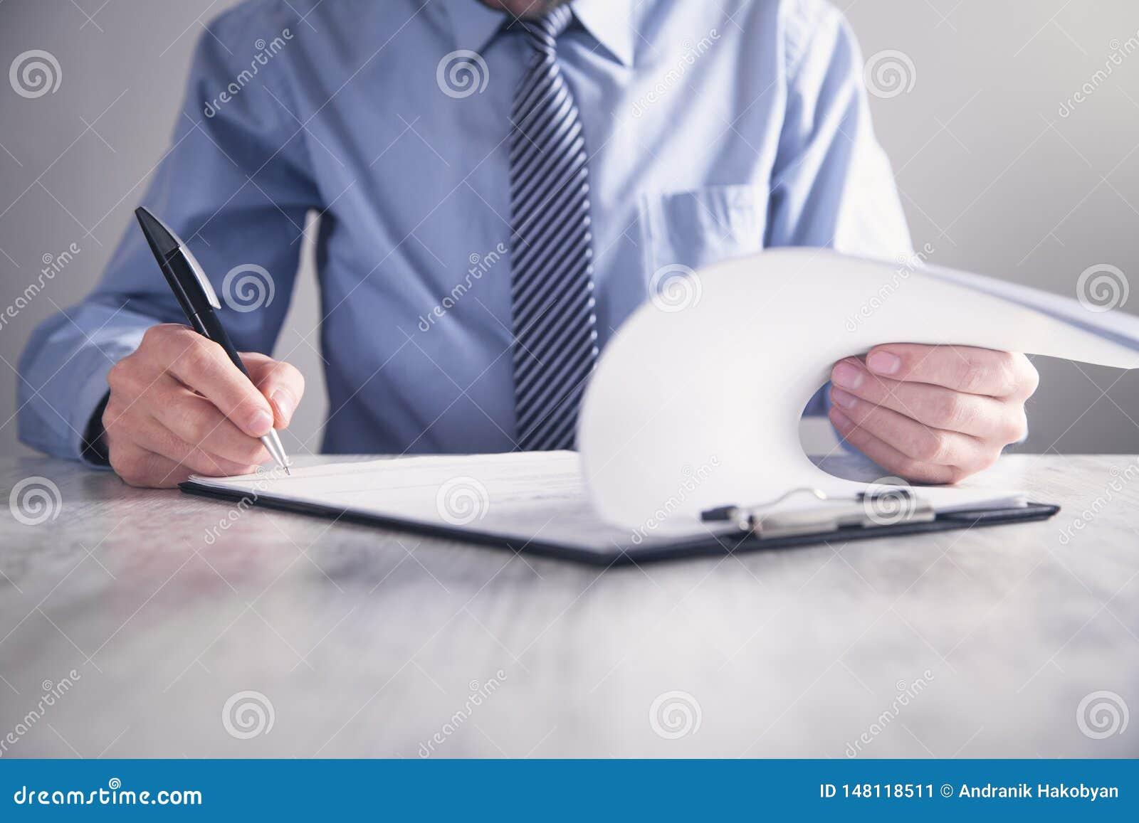 Contrato de assinatura do homem de neg?cios Fazendo o neg?cio Conceito do neg?cio