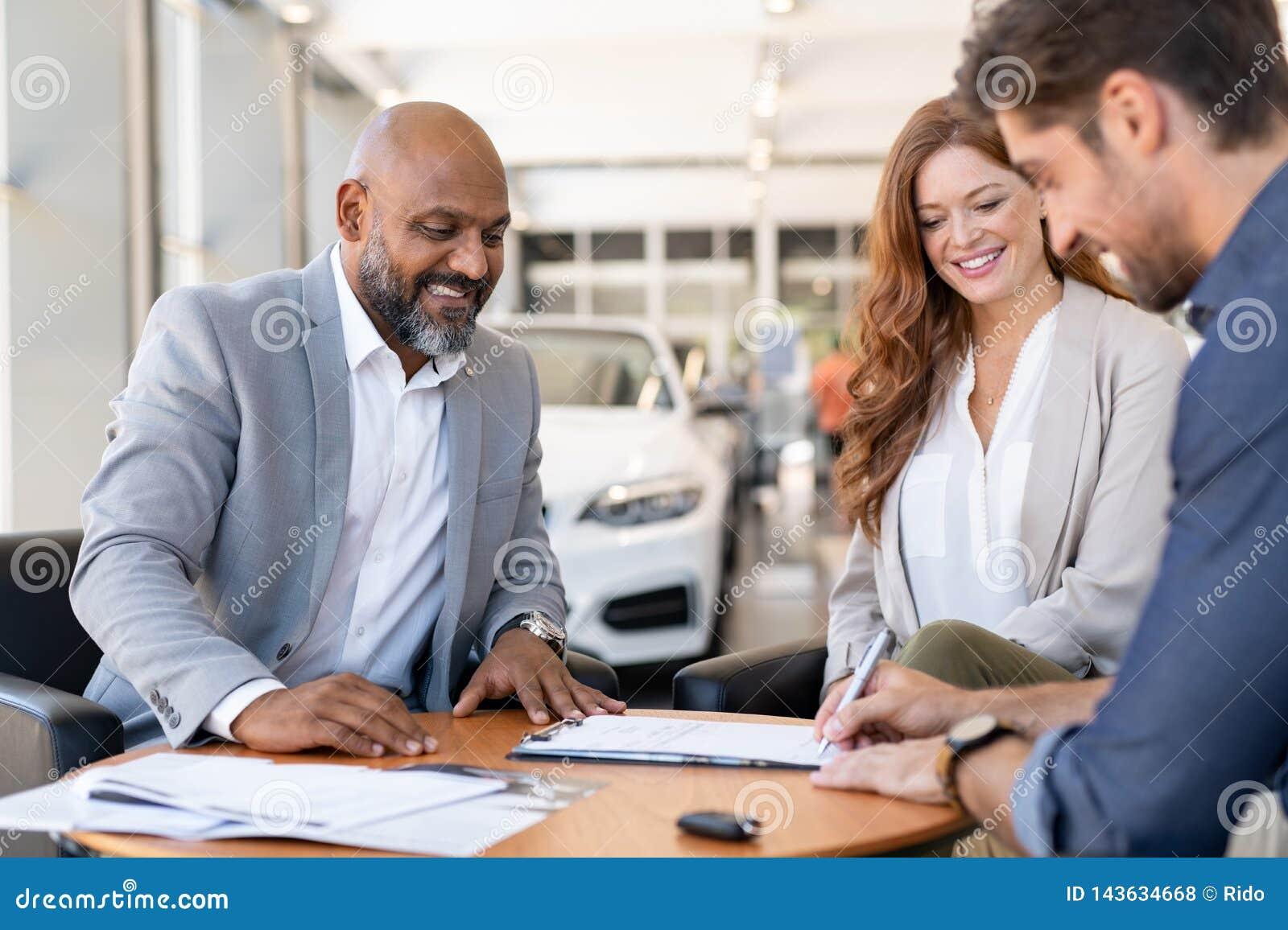 Contrato de assinatura do homem para comprar o carro novo