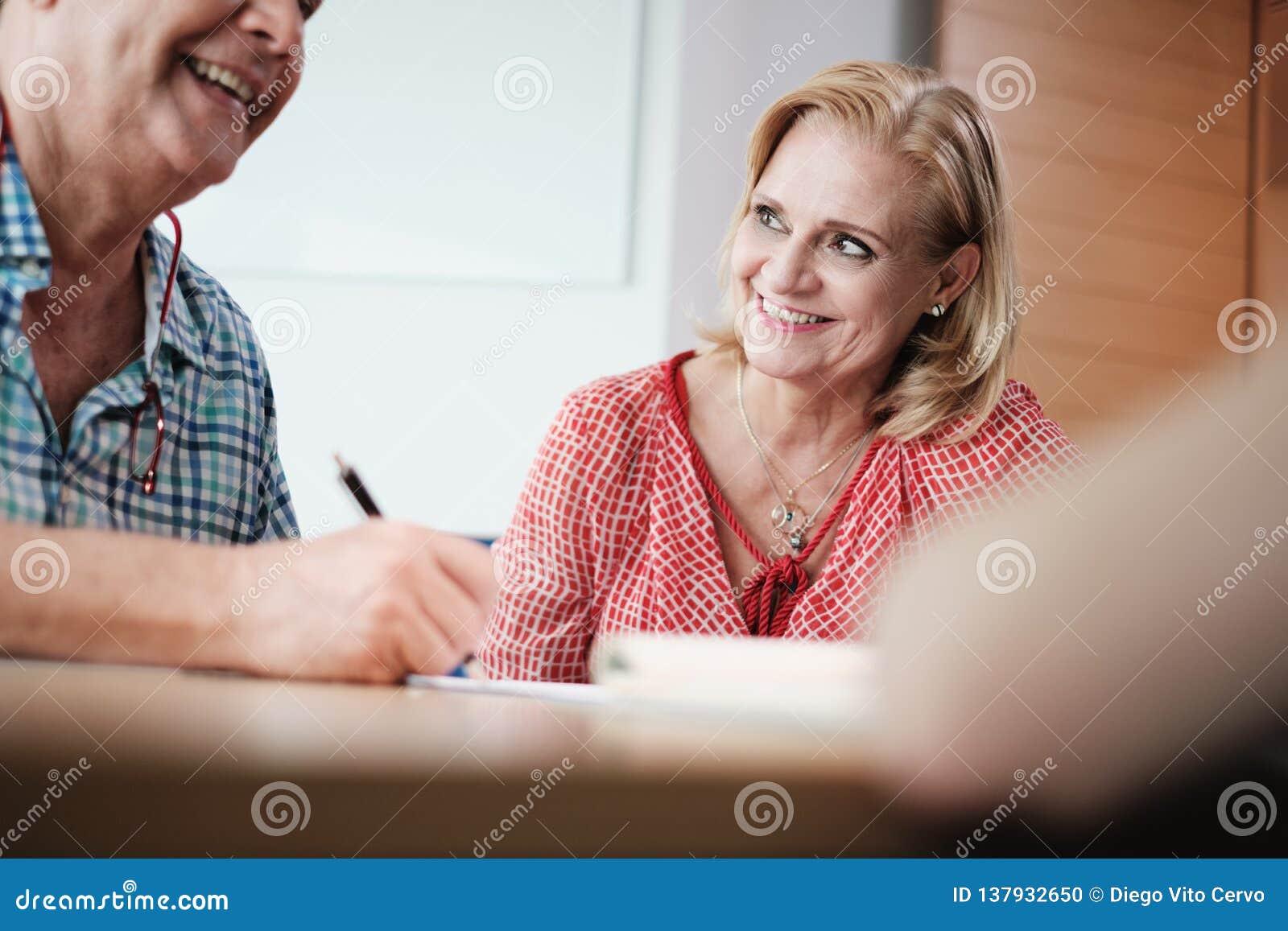 Contrato de assinatura de With Old Couple do corretor de Working As Banking do gerente