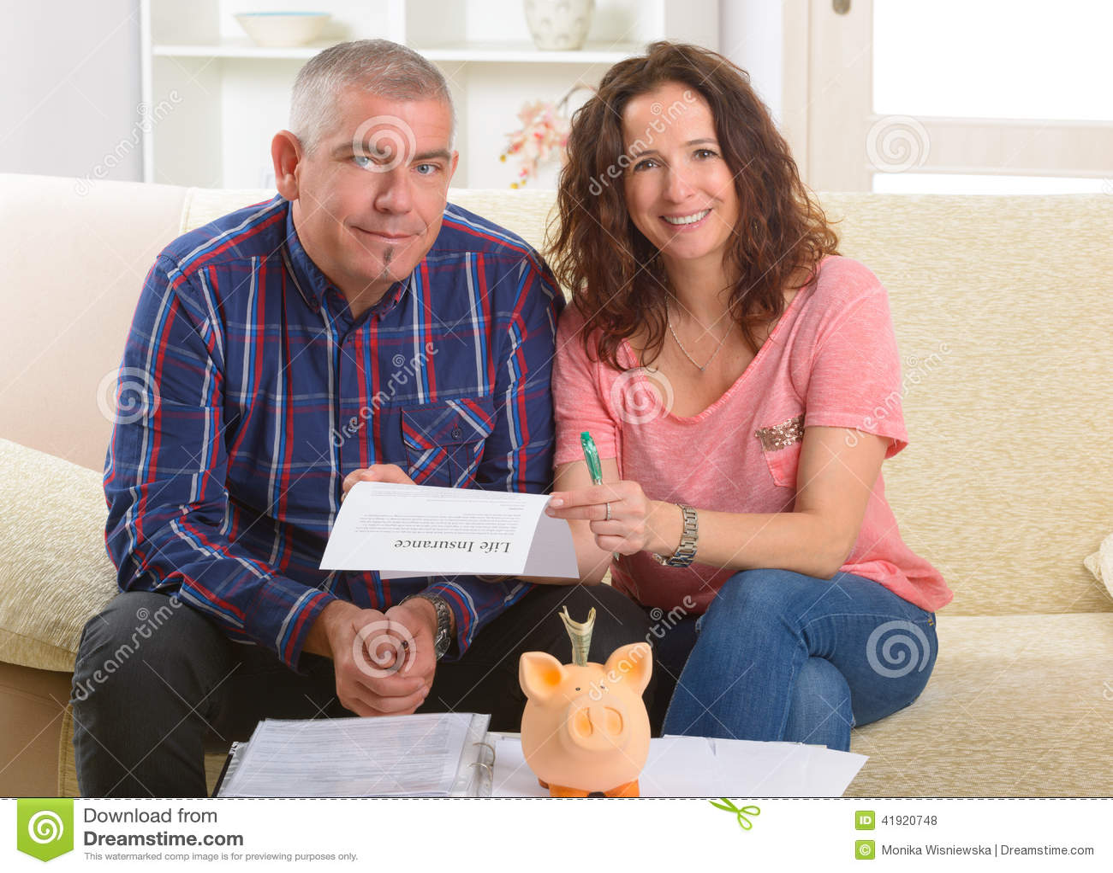 Download Contrato De Seguro De Vida De Firma De Los Pares Foto de archivo - Imagen de papel, finanzas: 41920748