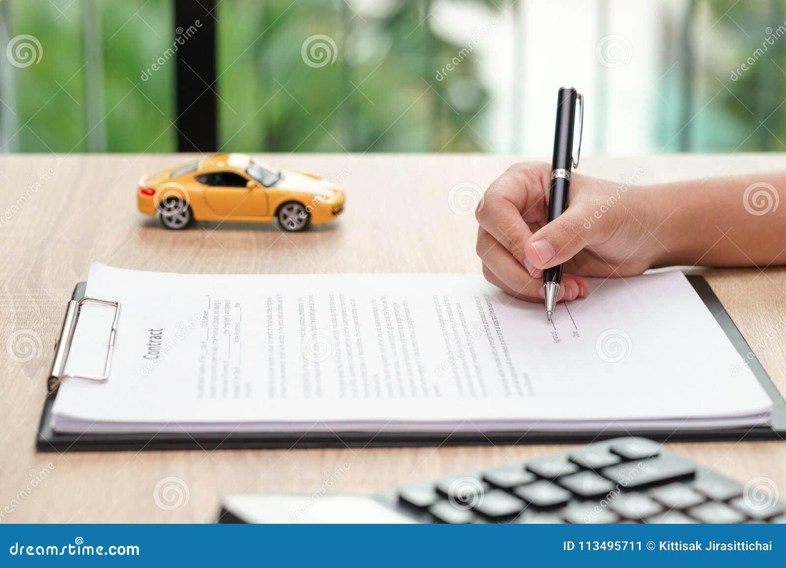 Contratto di firma di accordo di prestito dell automobile della donna con il giocattolo e il calcu dell automobile