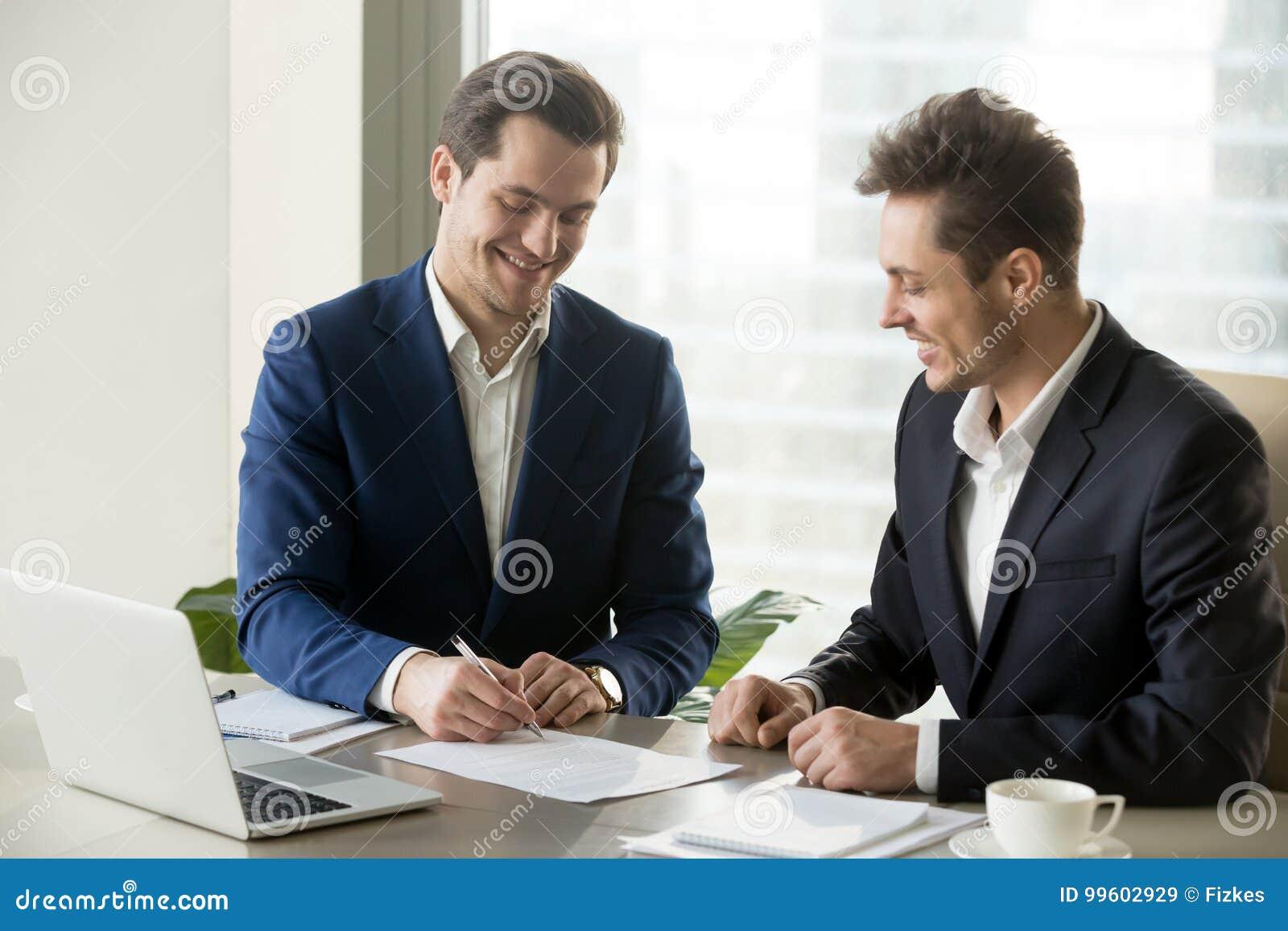 Contratto di firma dell uomo d affari bello con il partner