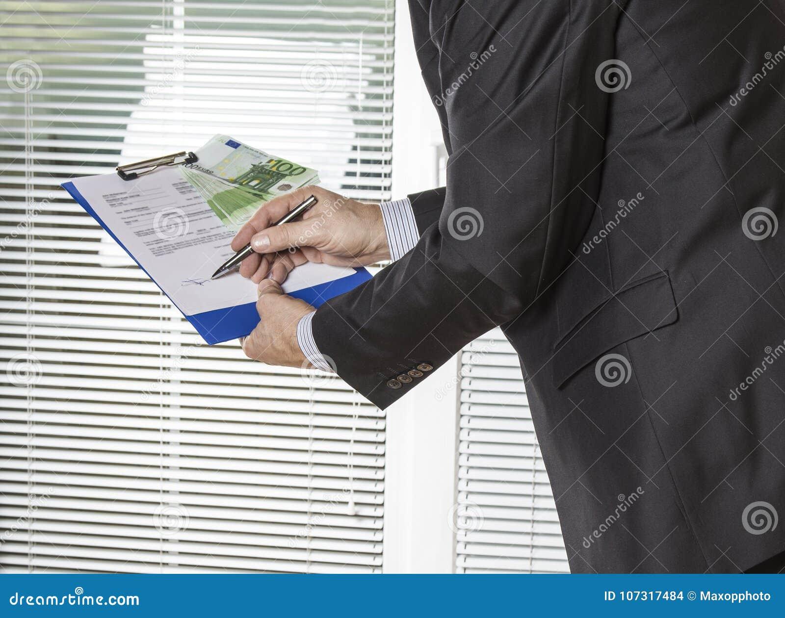Contratto di firma dell uomo d affari con i soldi dell euro del dono