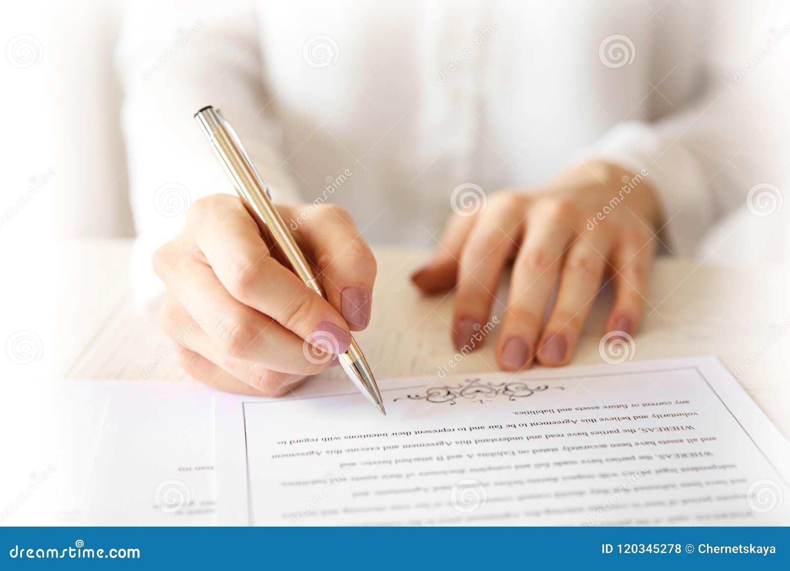 Contratto di matrimonio di firma della donna, primo piano