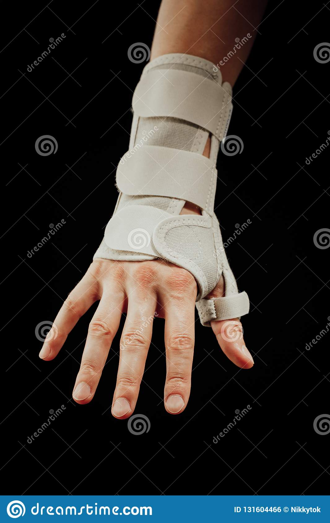 Contributo di orthotics della mano e del polso alla sindrome del tunnel carpale che guarisce, isolato sul nero