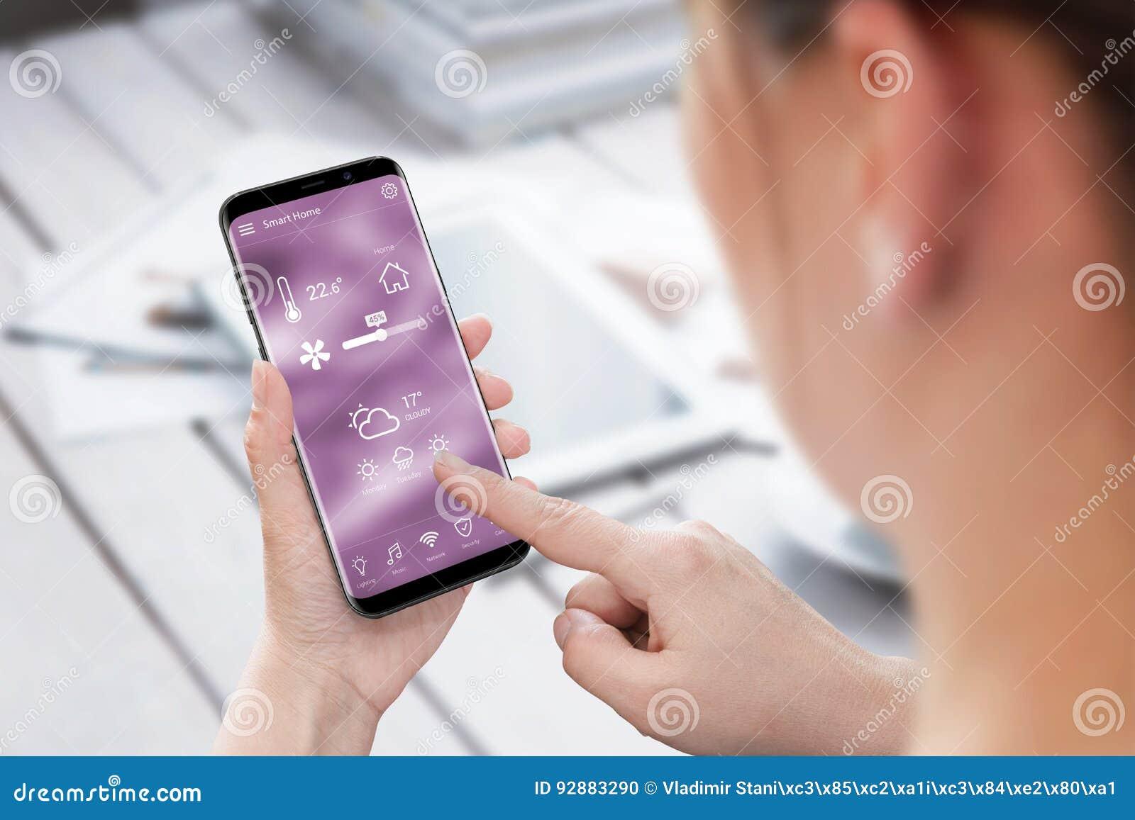 Control casero elegante app del uso de la mujer en el teléfono móvil