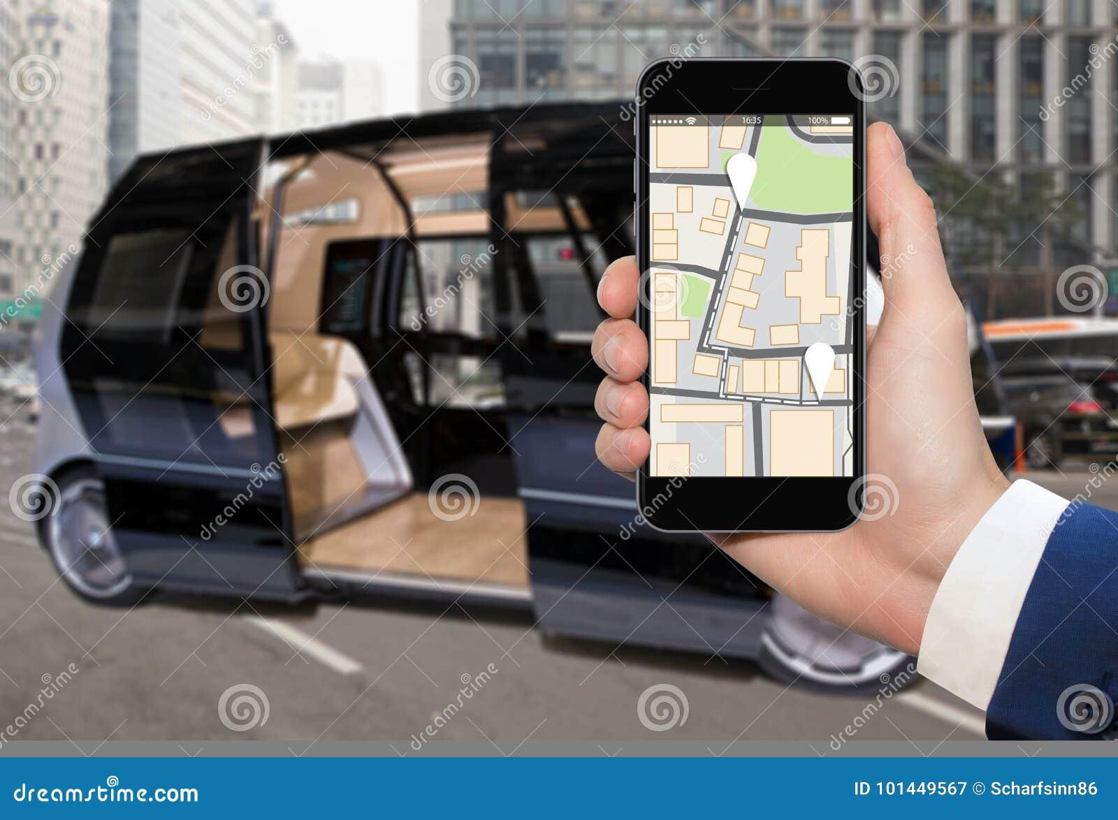 Control del uno mismo que conduce el autobús por el app móvil