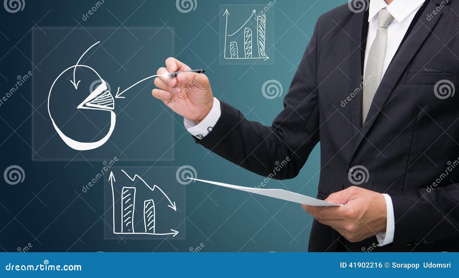 Control derecho de la mano de la postura del hombre de negocios una pluma aislada