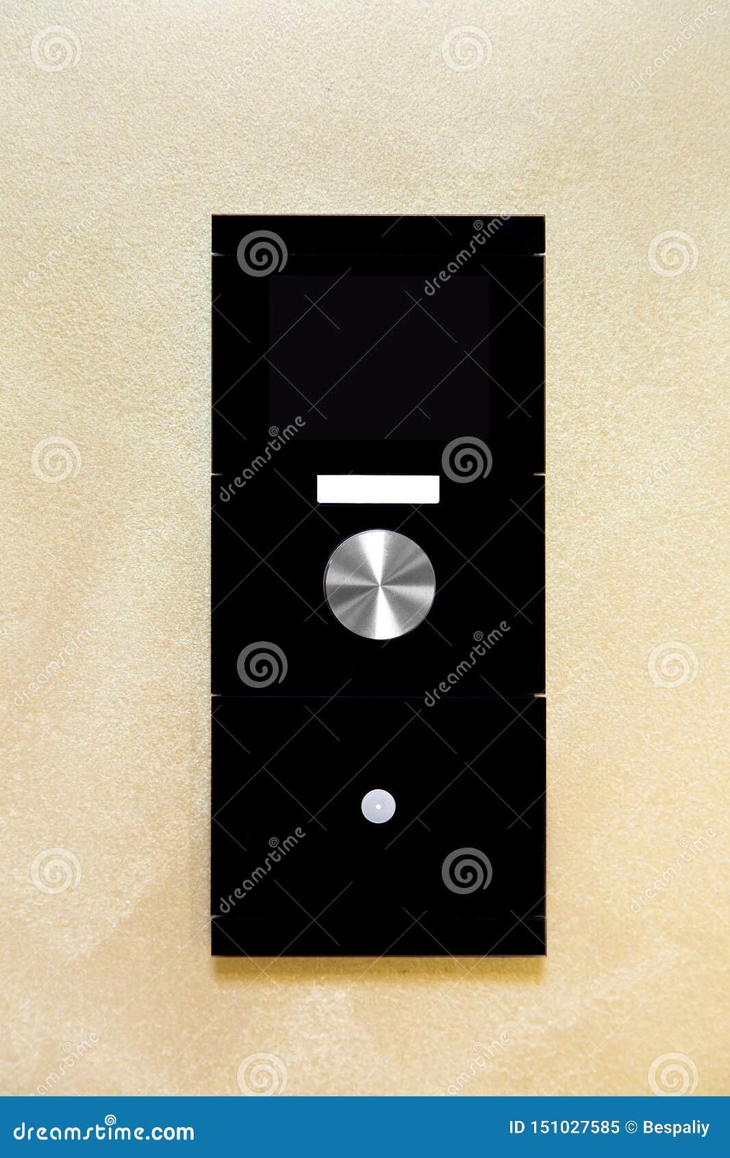 Controlador esperto do controle da casa com uma tela e os botões a controlar