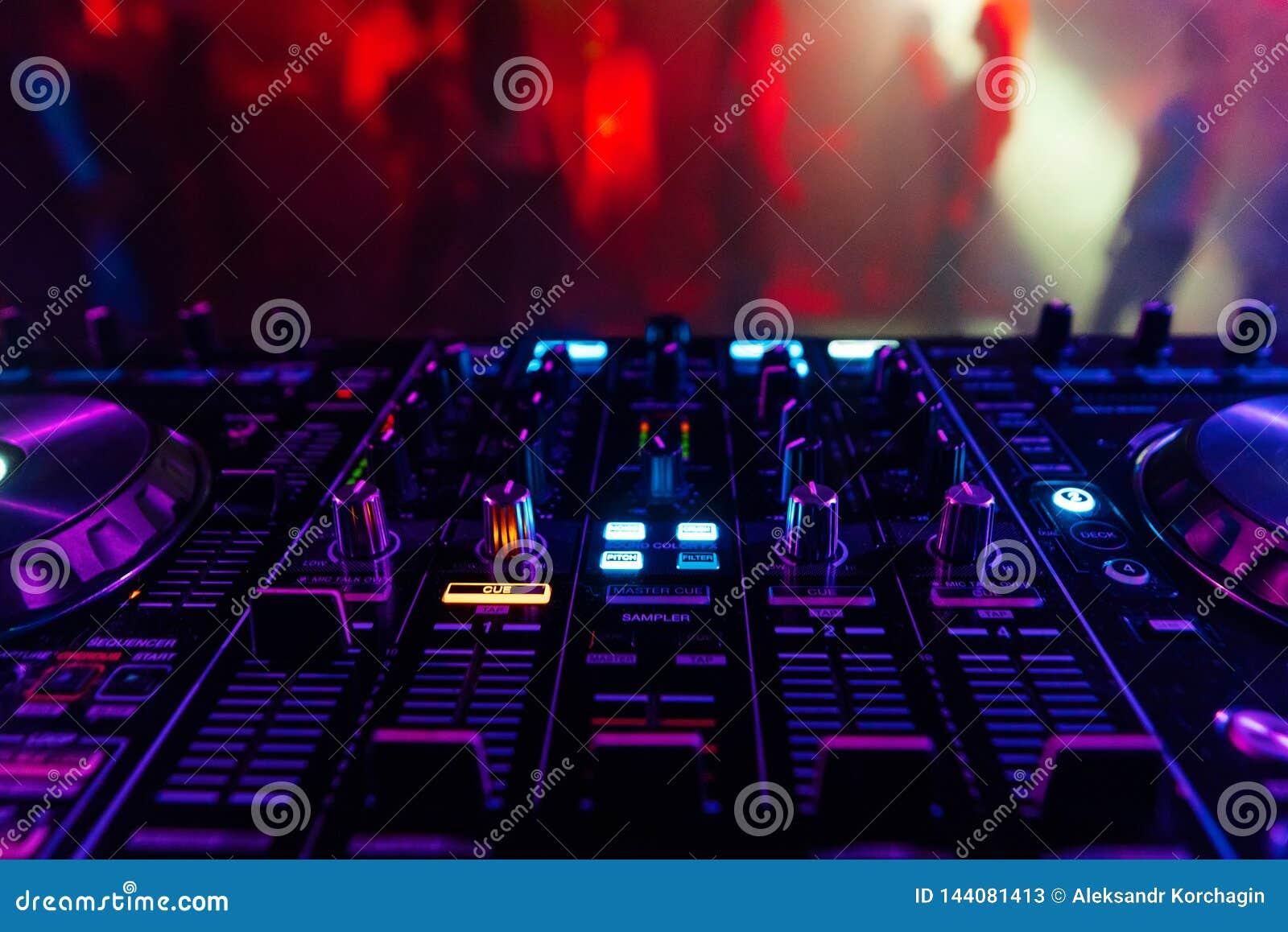 Controlador profissional do DJ para misturar a música eletrônica