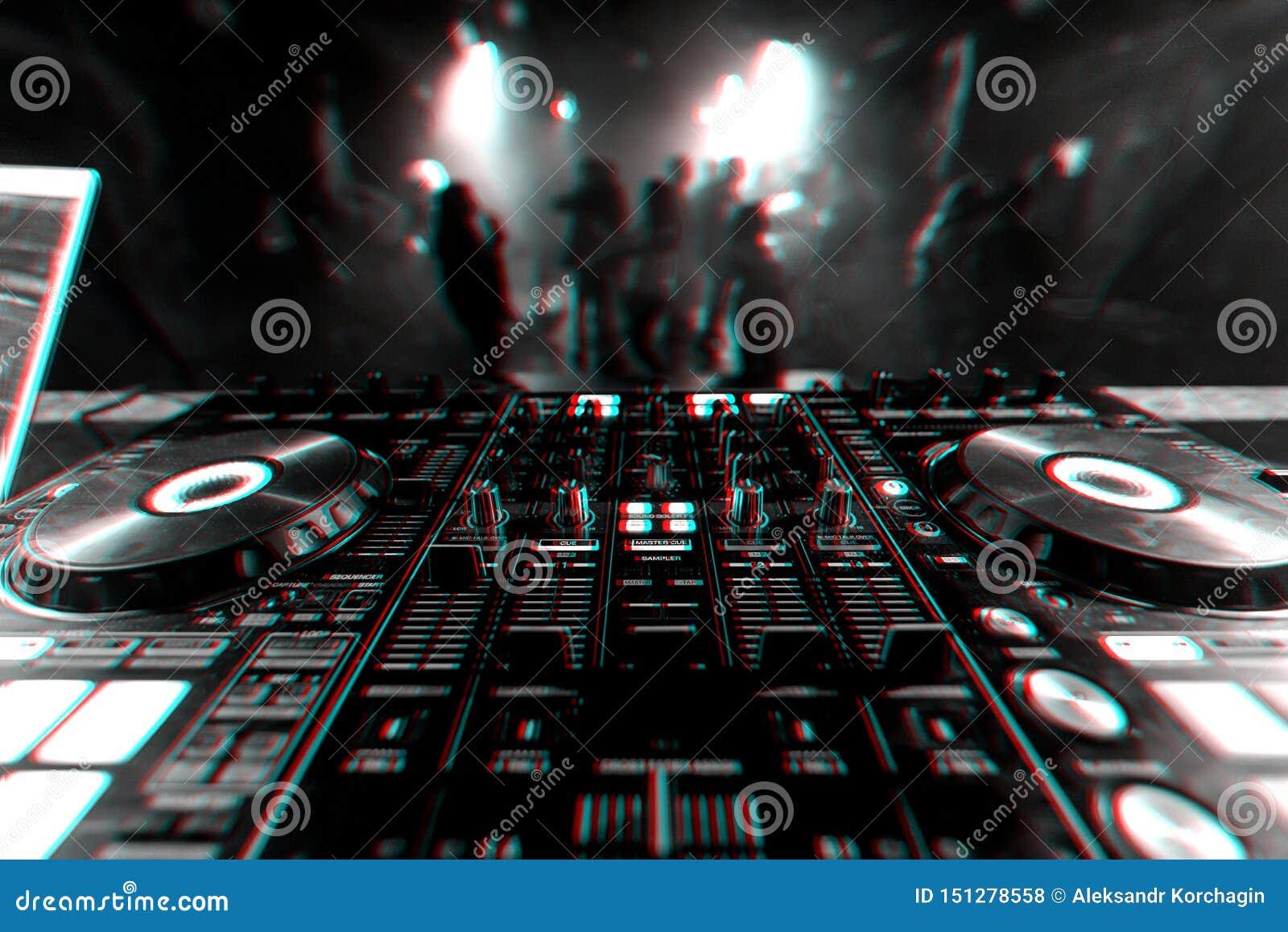 Controlador profissional do misturador do DJ para a m?sica de mistura em um clube noturno