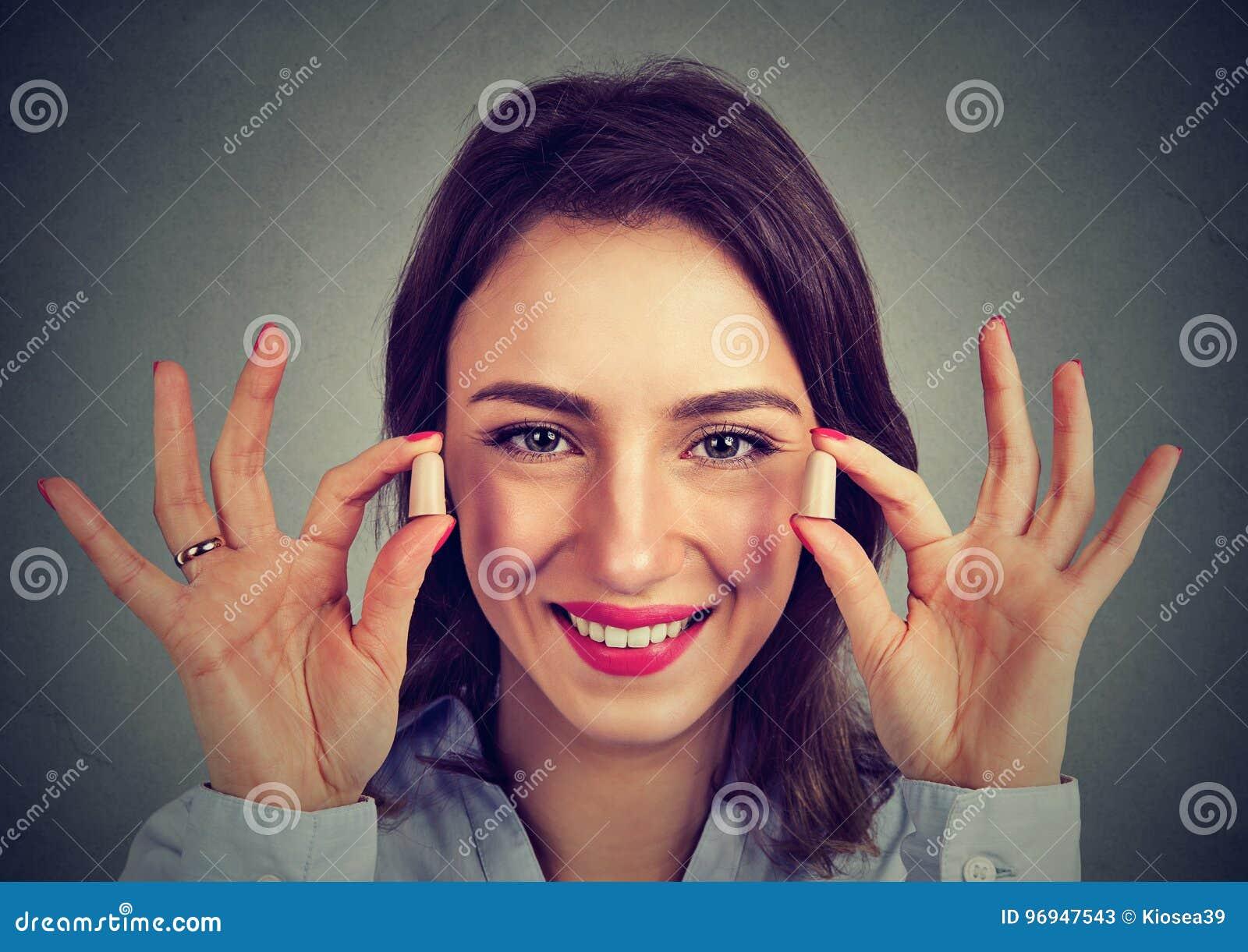 Controle op het lawaai Het oorstoppen van de vrouwenholding