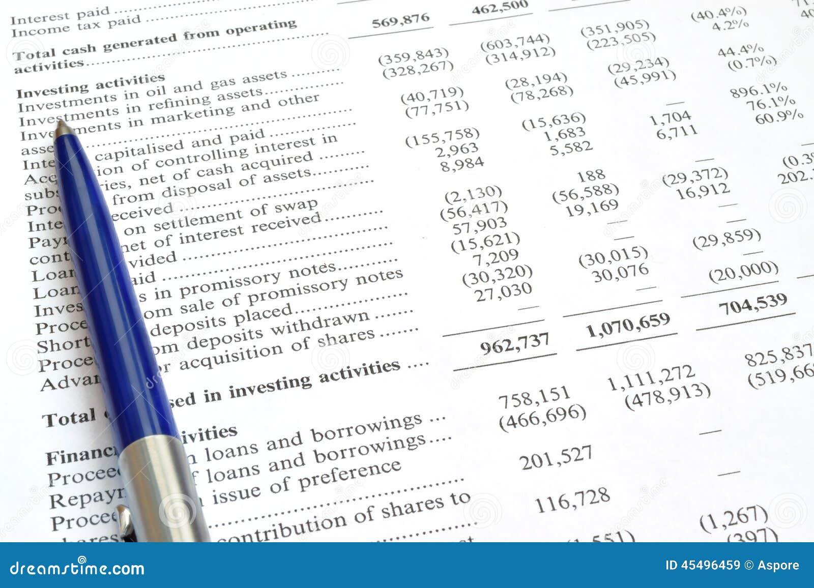 Controle van financieel verslag en pen
