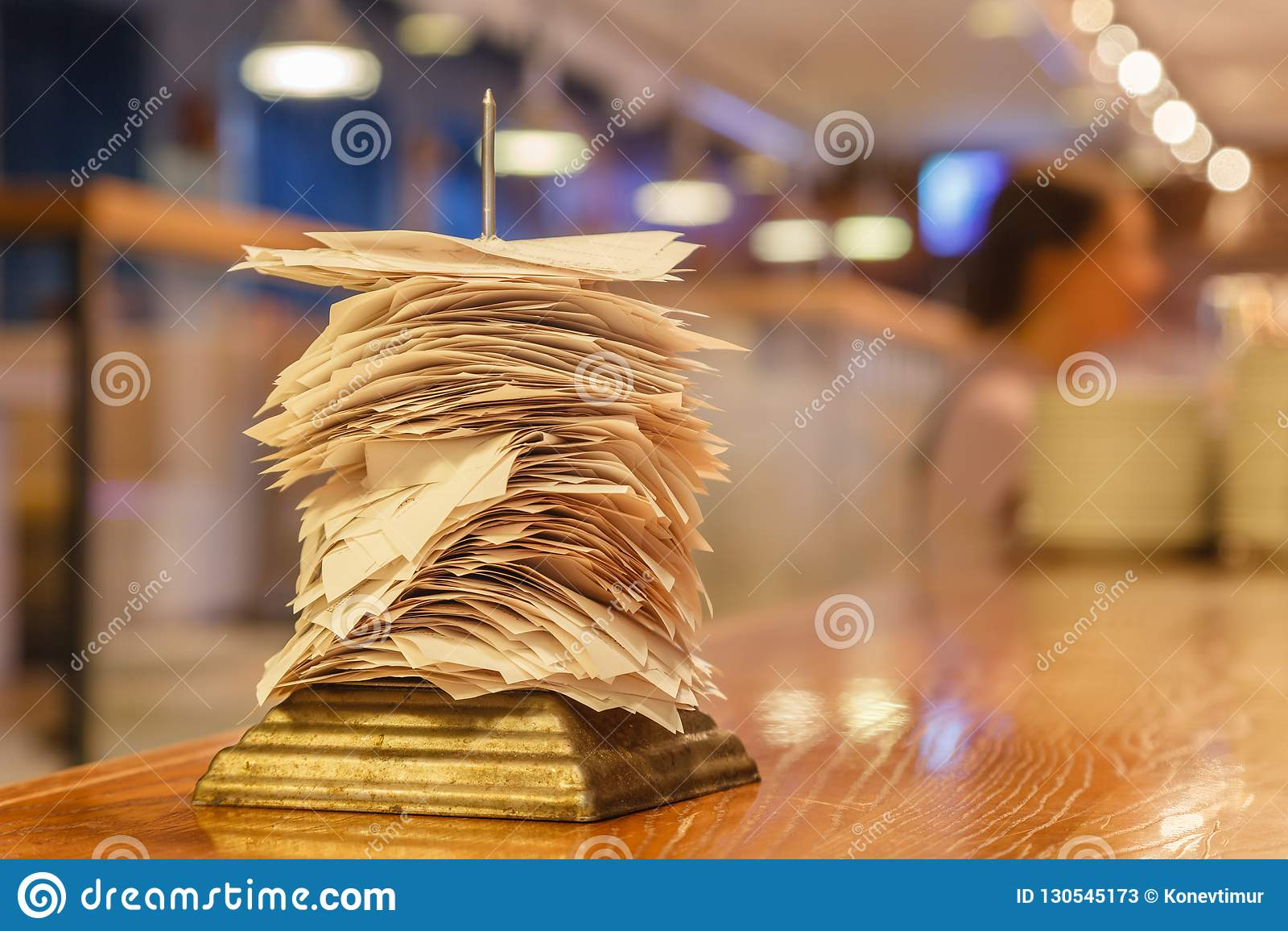 Controles van voltooide orden in bar of restaurantkeuken im