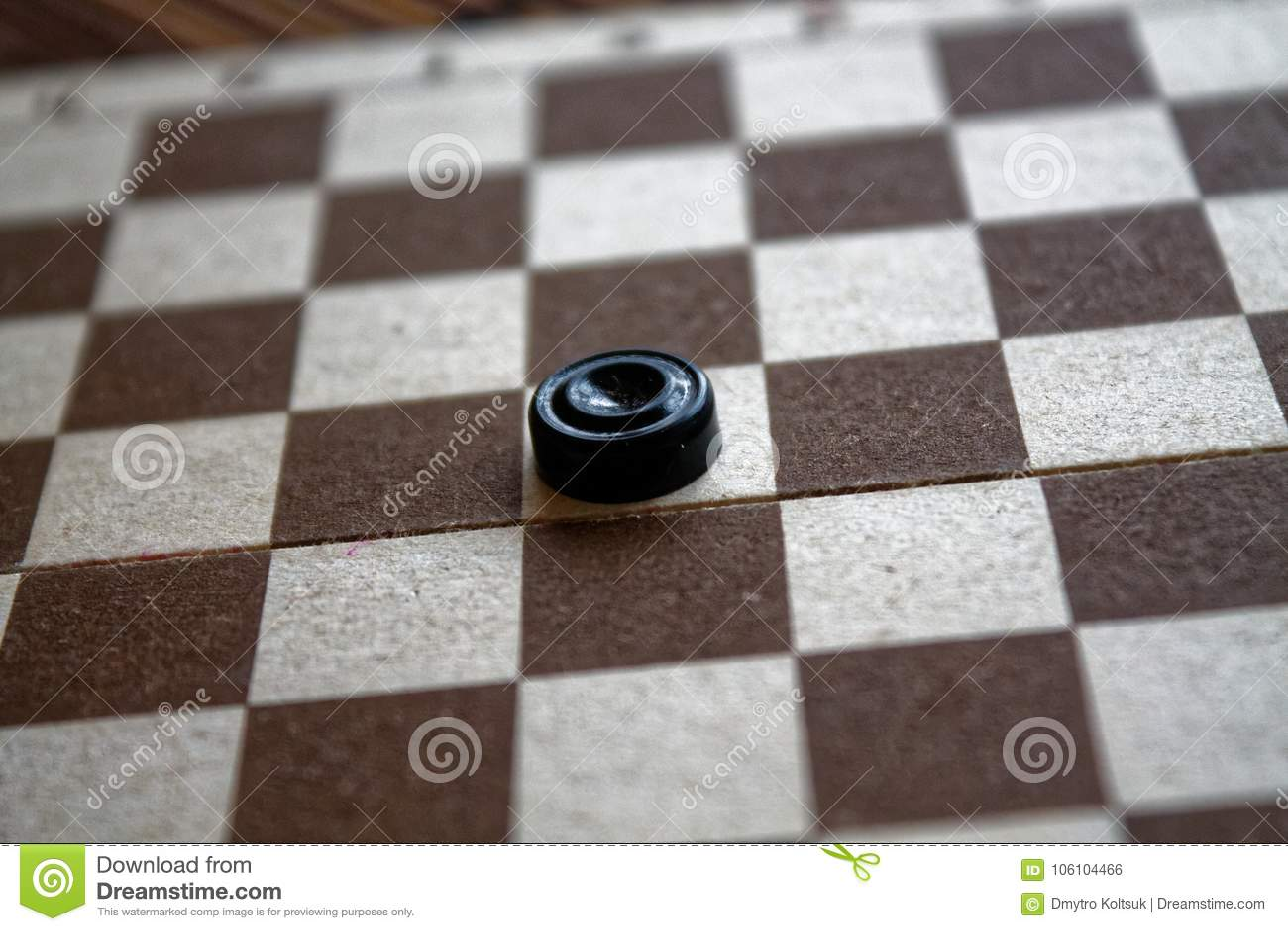 Controleurs in schaakbord klaar voor het spelen Het concept van het spel Een oud spel hobby controleurs op het speelgebied voor e