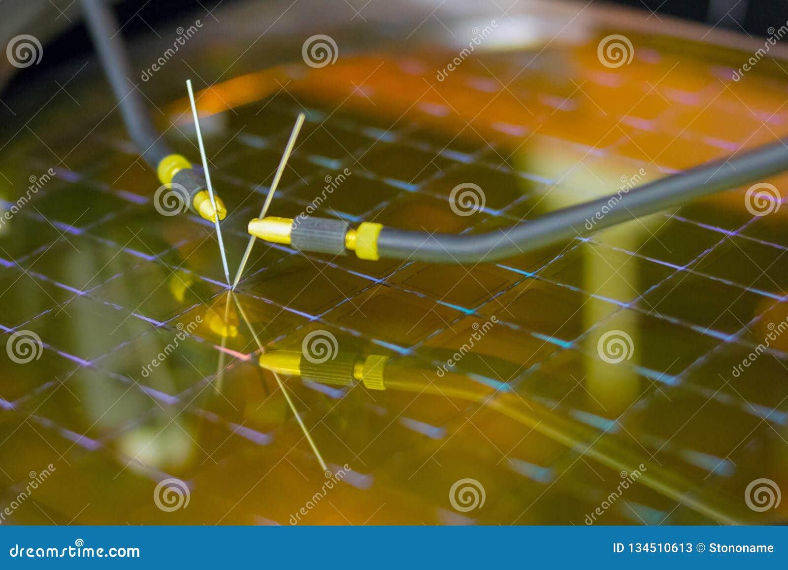 Controllando i microchip sulla lastra di silicio con la stazione della sonda Microelecronics