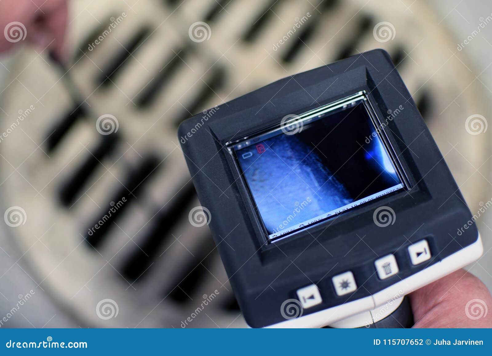 Controllando la botola della fogna con la macchina fotografica di ispezione di periscopio