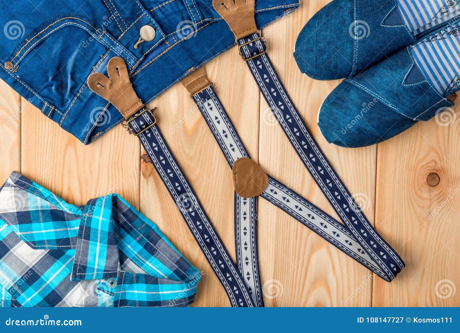 prezzo minimo sfumature di grande sconto per Controlli La Camicia, I Jeans, Le Scarpe E Le Bretelle Su Un ...