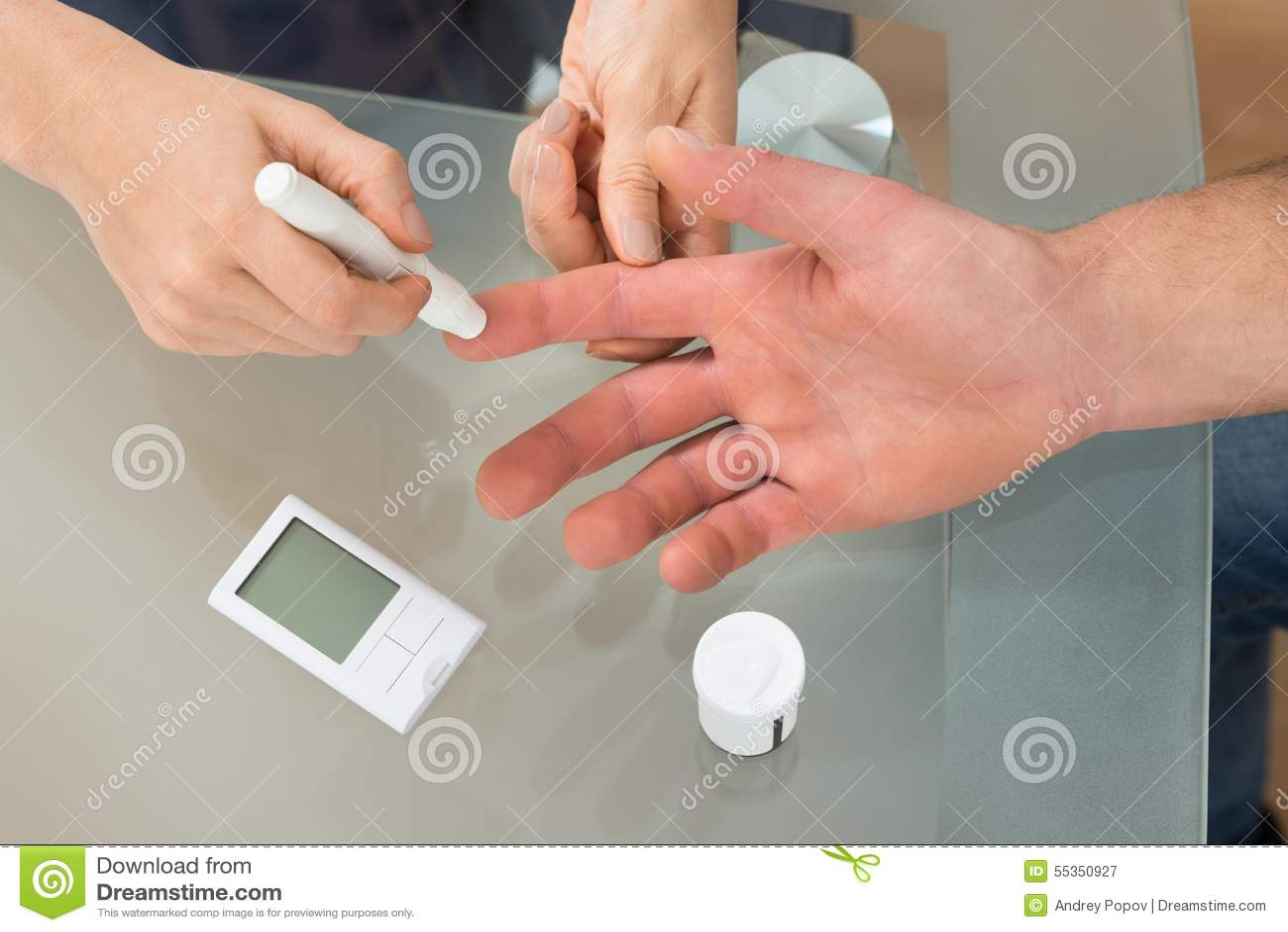 Controllo di medico il livello della glicemia