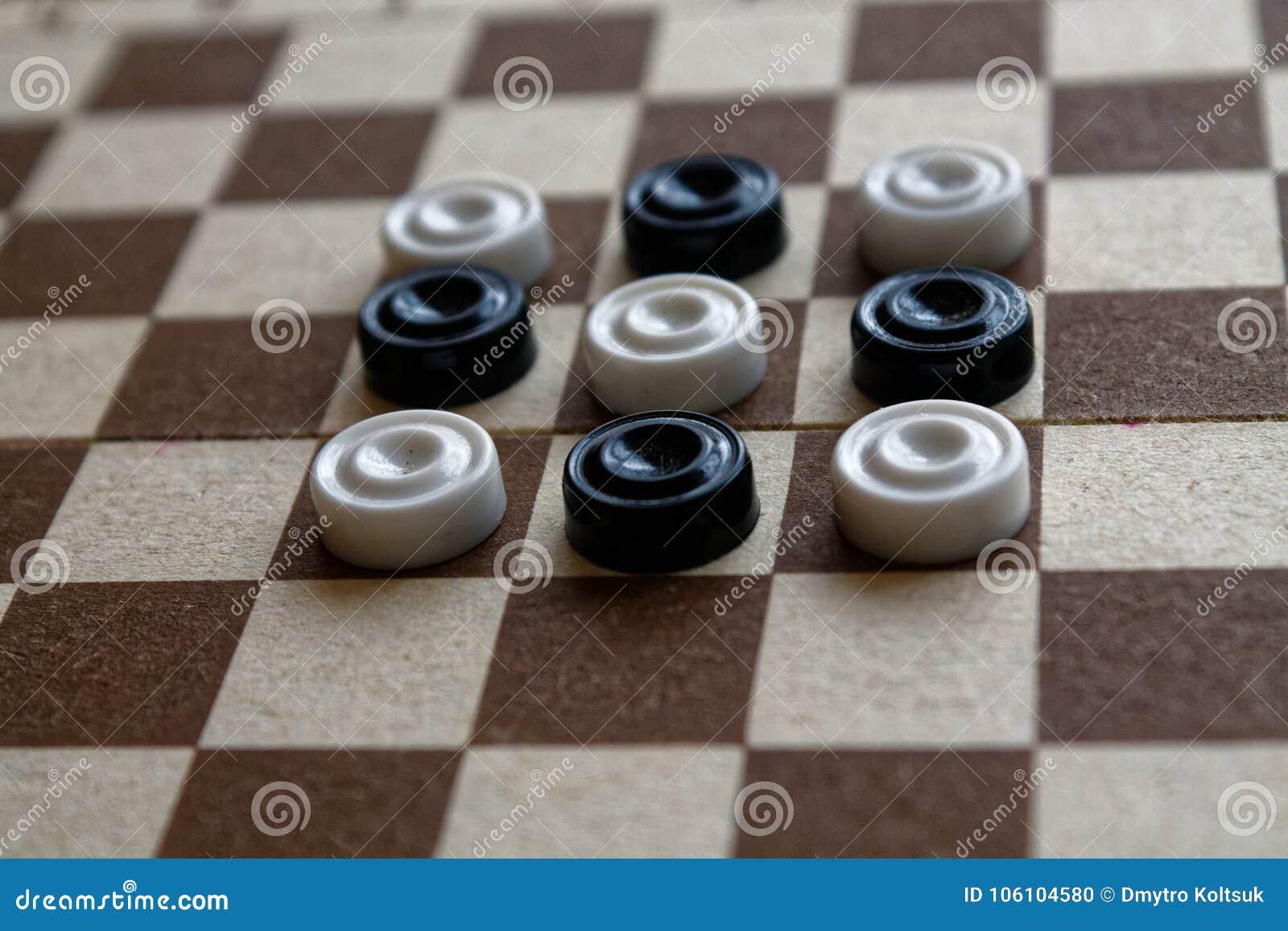 Controllori in scacchiera pronta per giocare Concetto del gioco Gioco da tavolo hobby controllori sul campo da gioco per un gioco