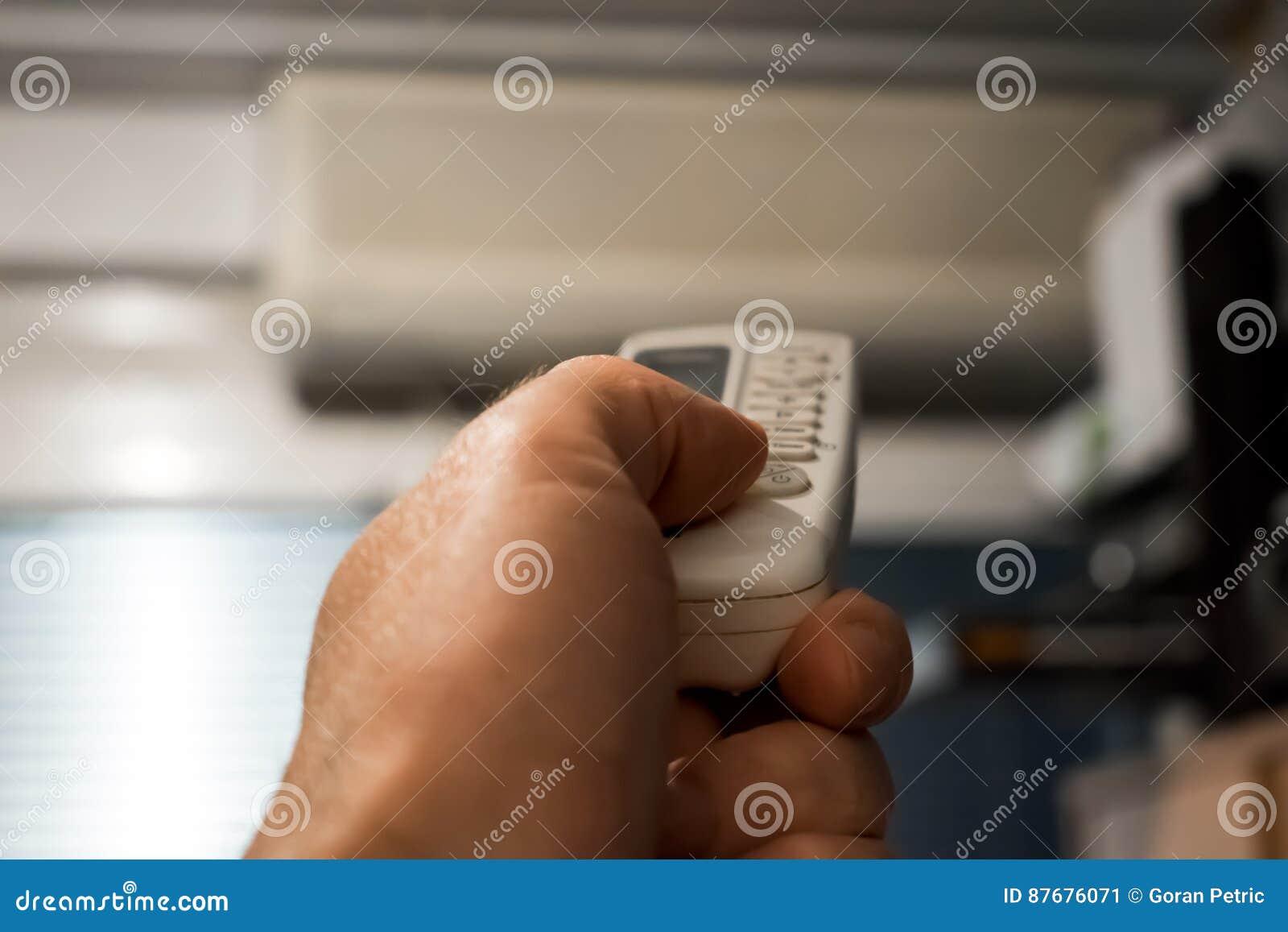 Controlo a distância da posse da mão dirigido no condicionador de ar