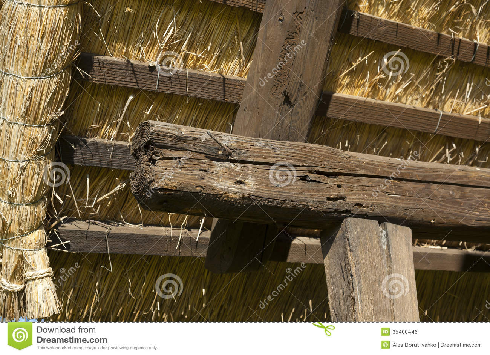 Contruction Velho Do Telhado Do Celeiro Na Madeira E Na Grama Secada Imagem de Stock Royalty