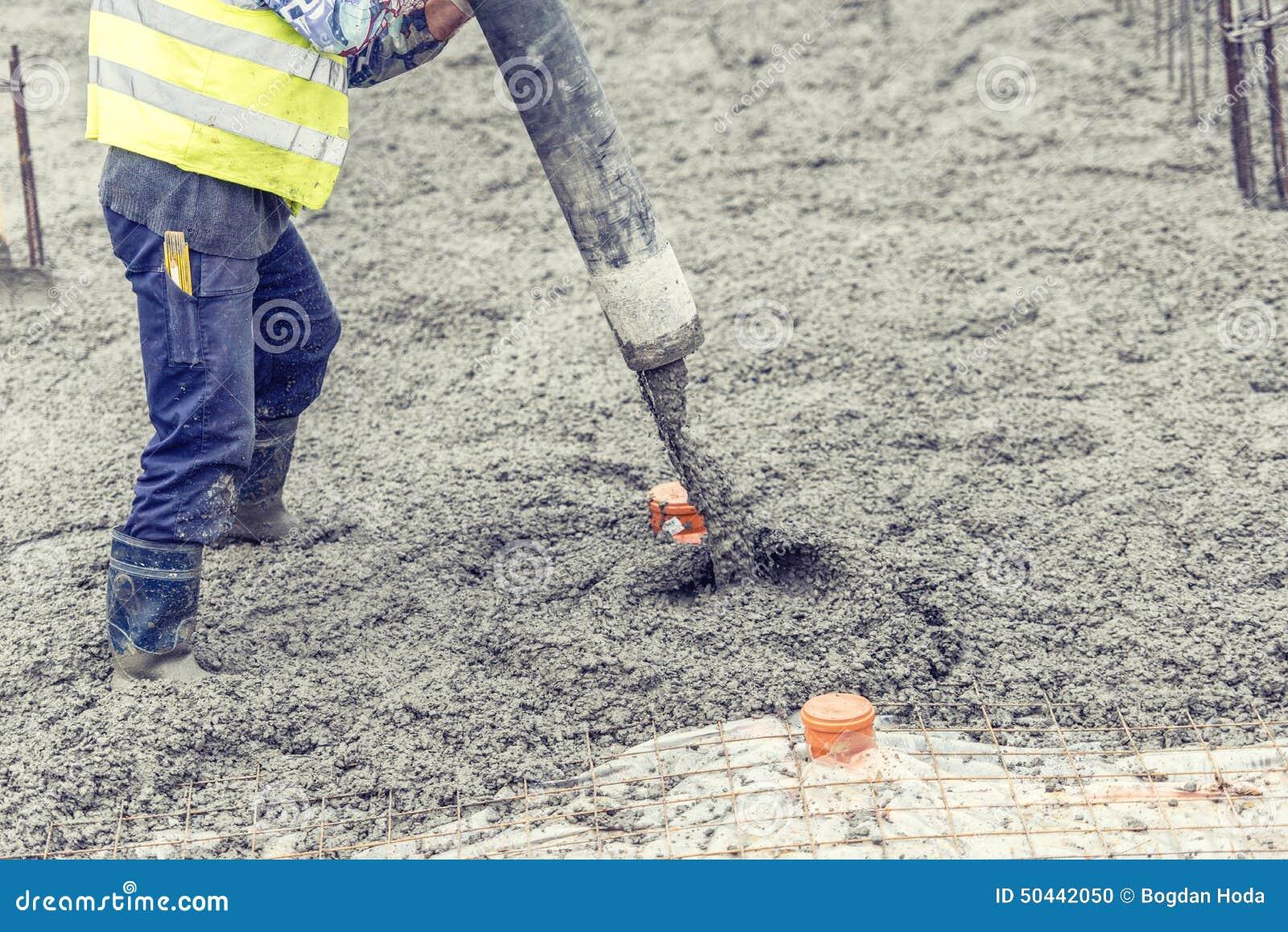 Man pouring concrete royalty free stock photo - Calcul dalle beton ...