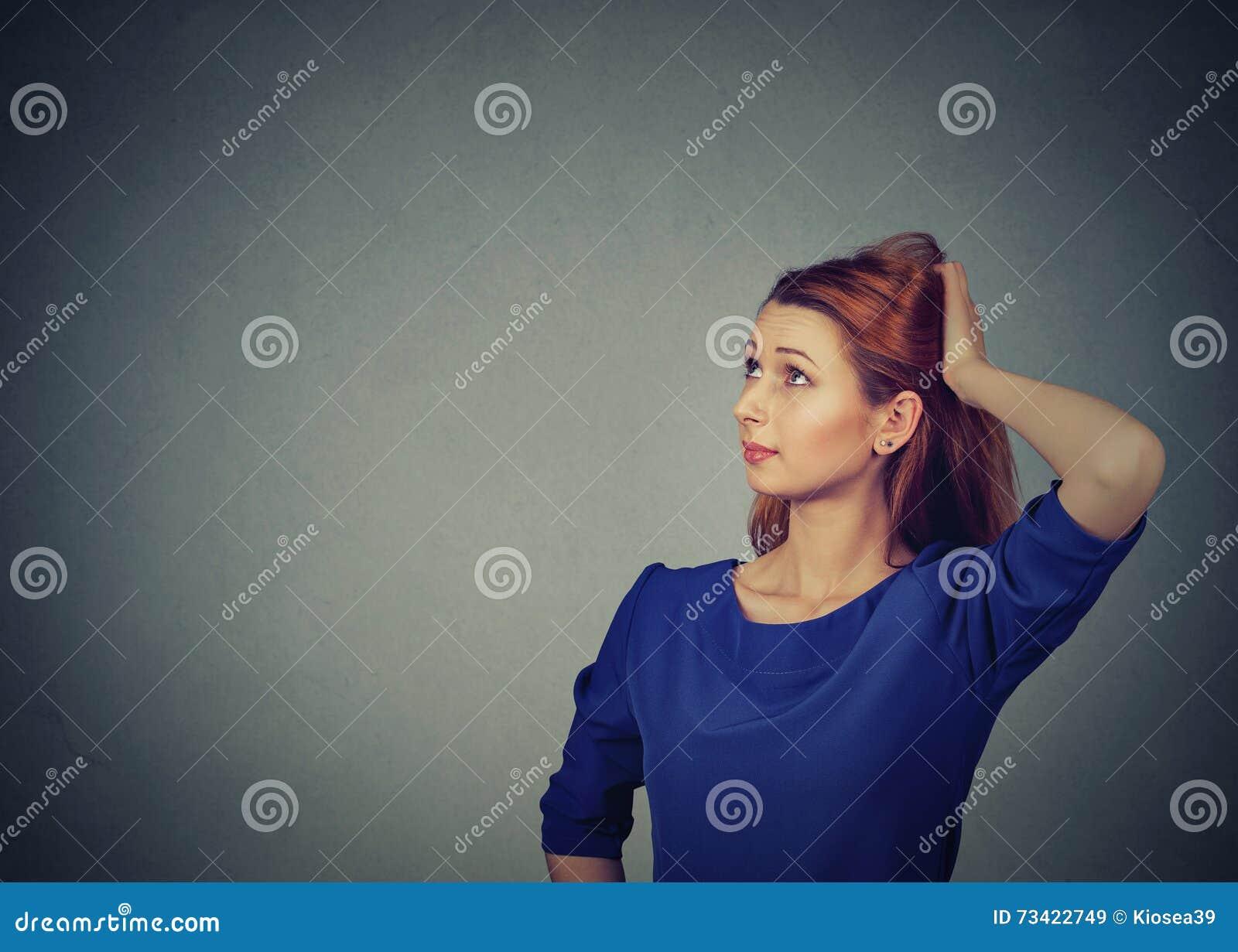 Contused想法的妇女被迷惑抓她的头寻求解决 查寻妇女年轻人