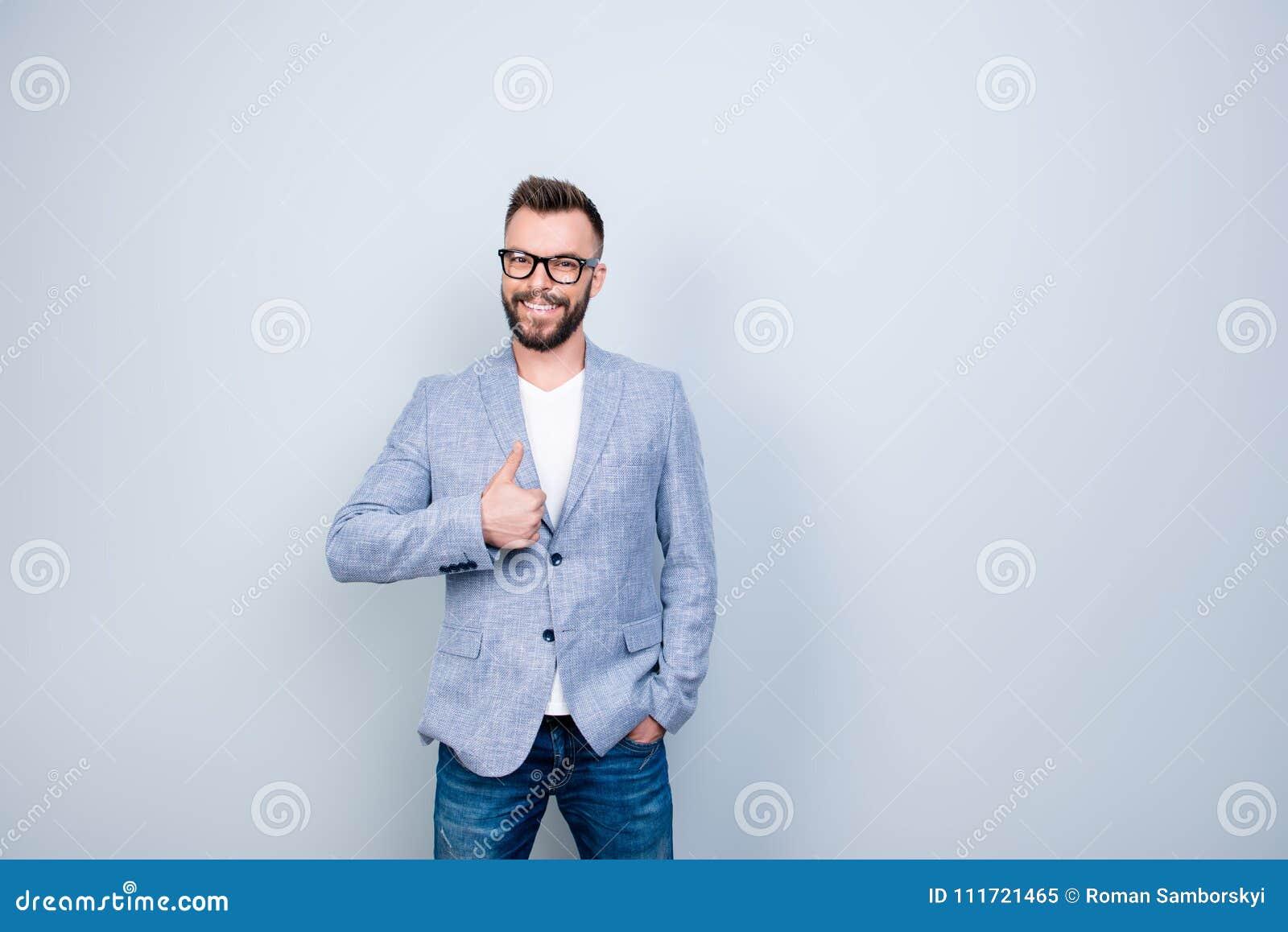 Convenez le bon symbole de geste Fermez-vous vers le haut du portrait de jeune réussi