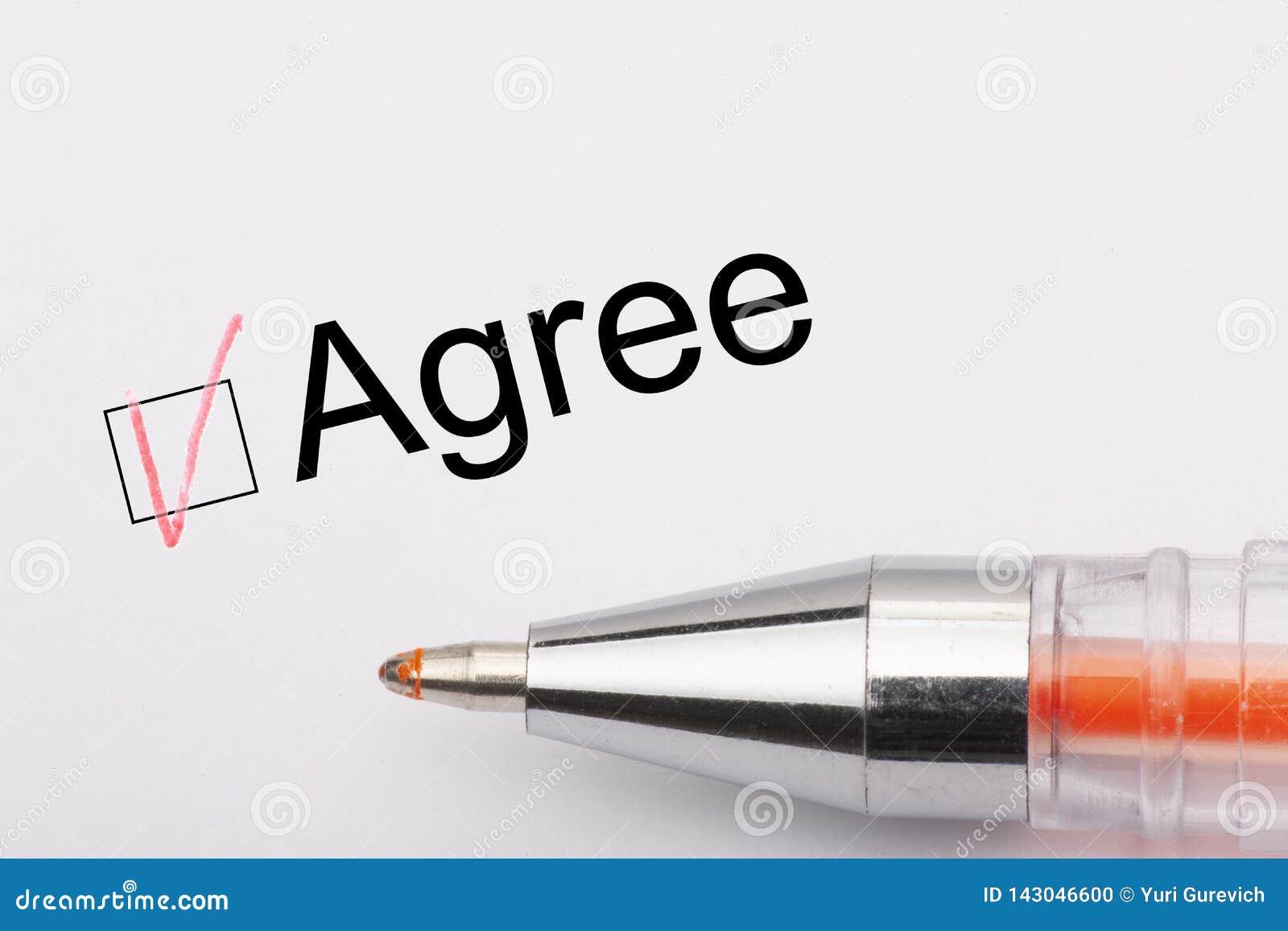 Convenez - le checkbox avec un coutil sur le livre blanc avec le stylo en métal Concept de liste de contrôle