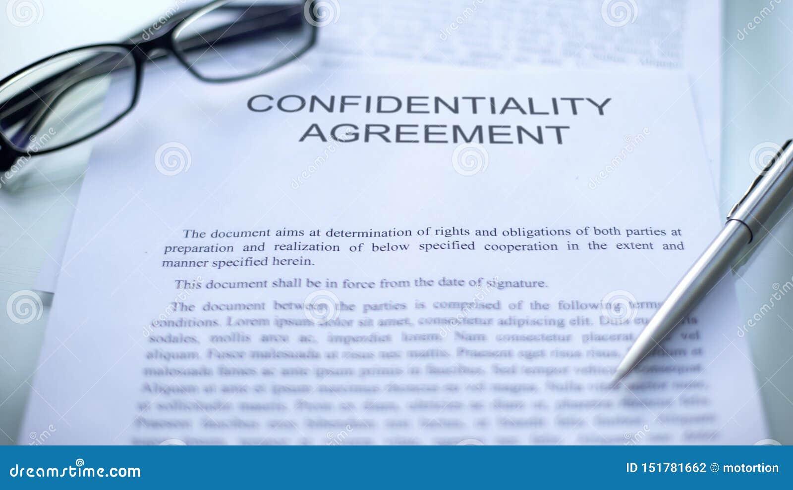 Convention de confidentialité, se trouvant sur la table, le stylo et les lunettes sur le document