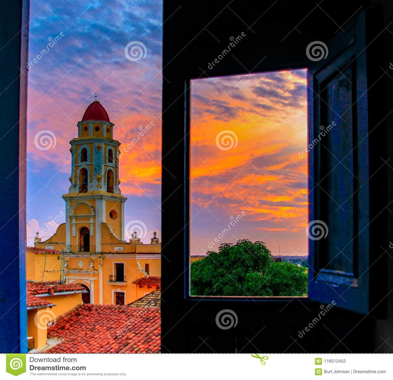 Convento De San Francisco, comme vu d un dessus de toit par une porte