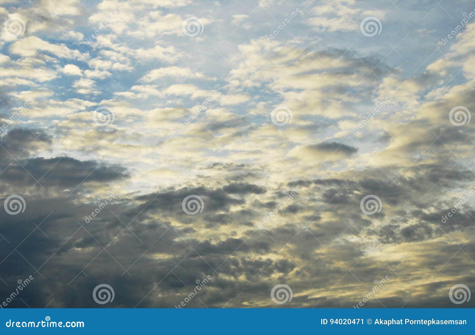 Convergencia blanco y negro de la nube en el cielo por la tarde