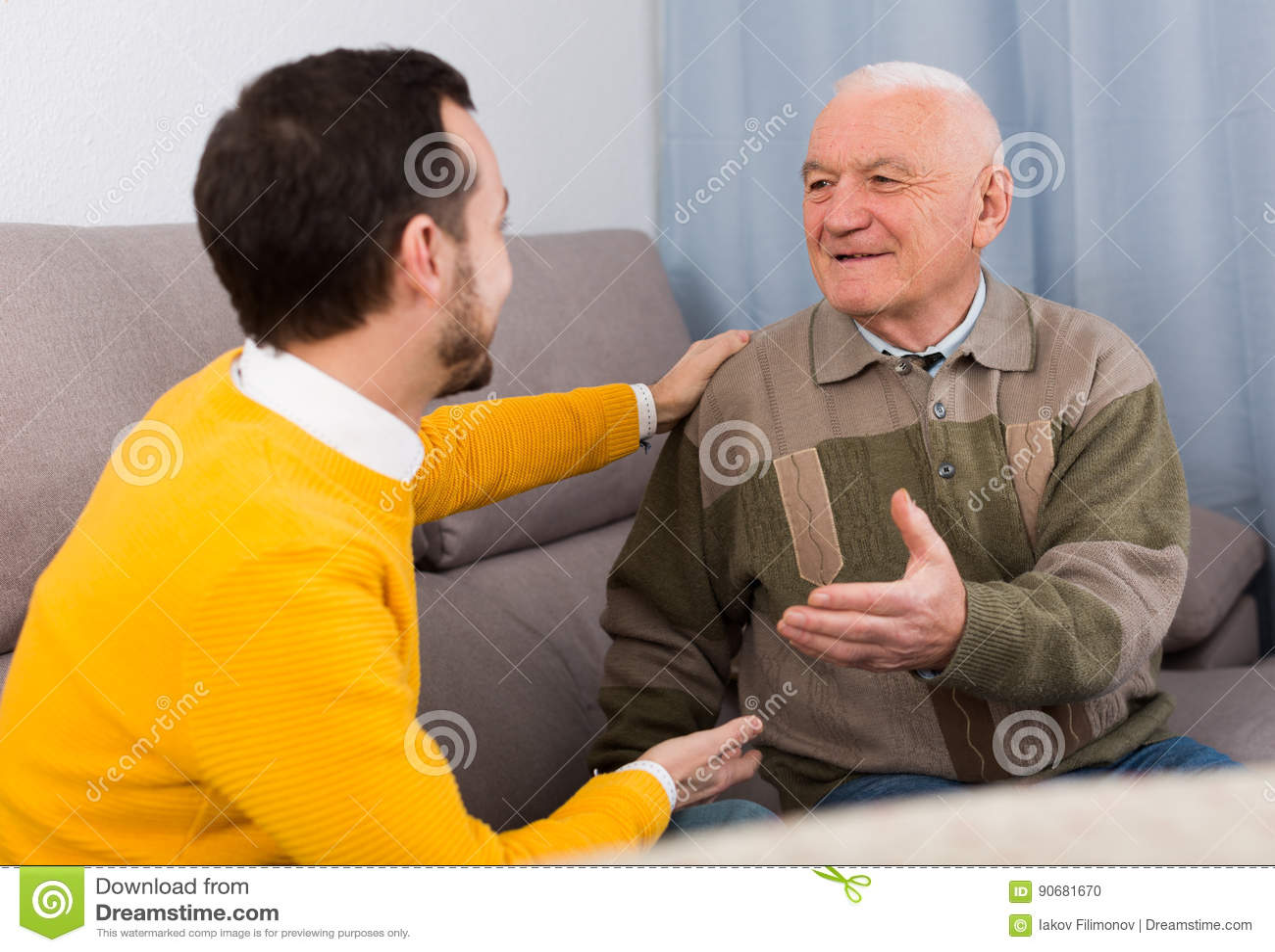 Conversação amigável velha do pai e do filho