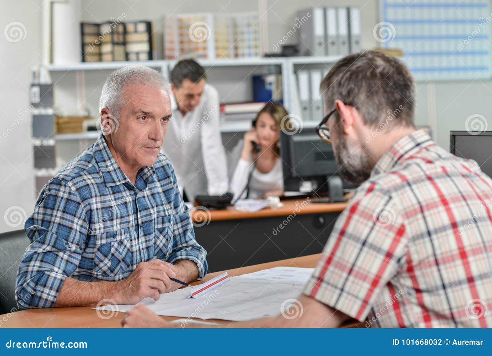 Conversação dos homens no escritório