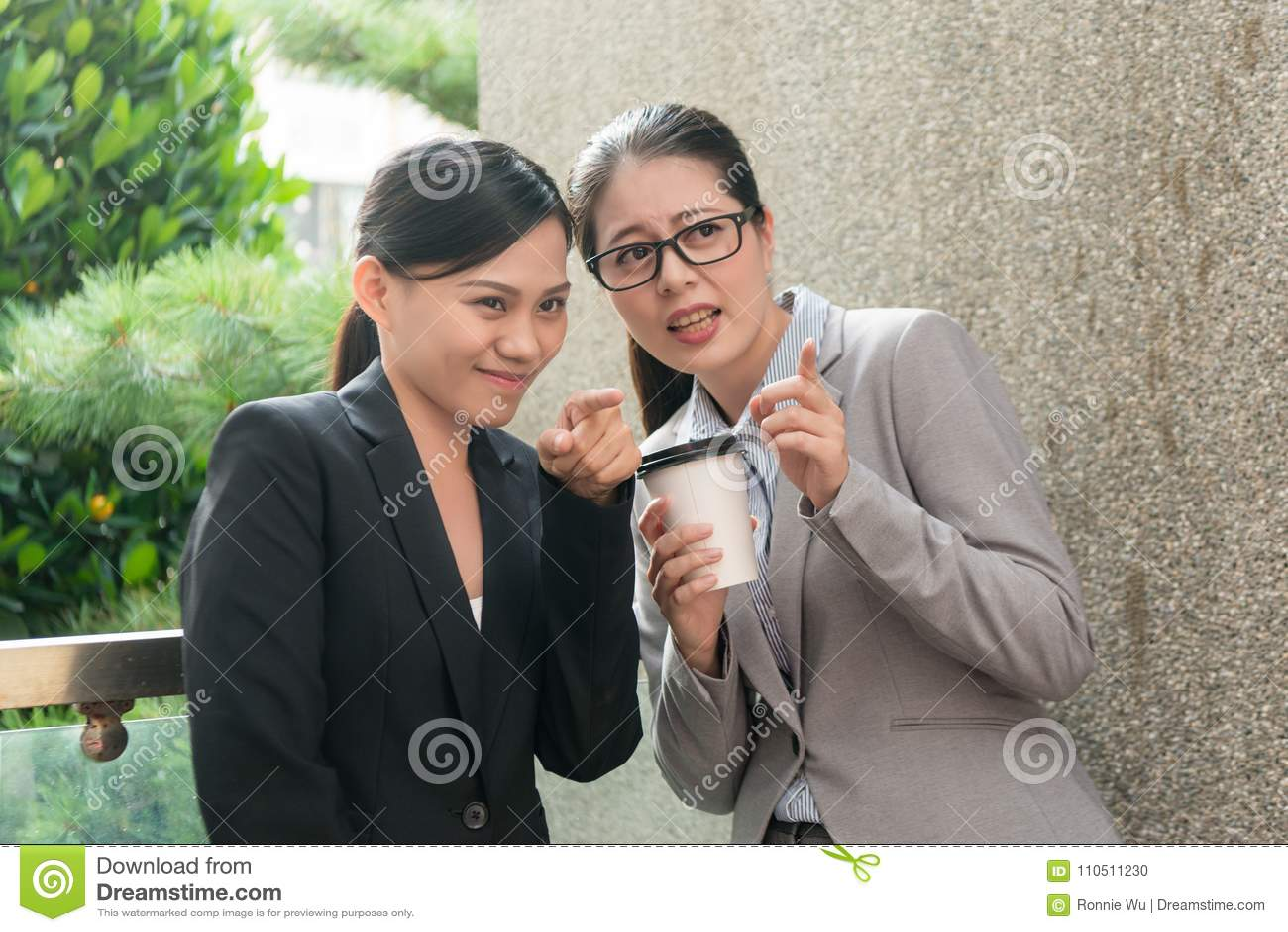 Conversação tiranizando do local de trabalho das mulheres