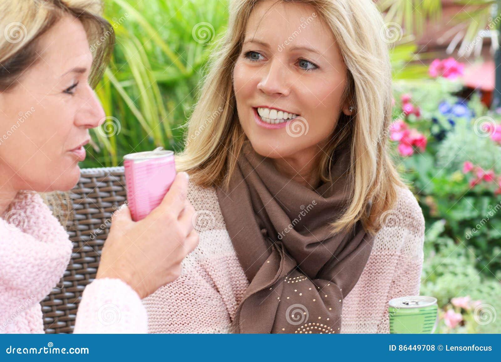 Amigas Maduras conversa madura de duas amigas no jardim foto de stock