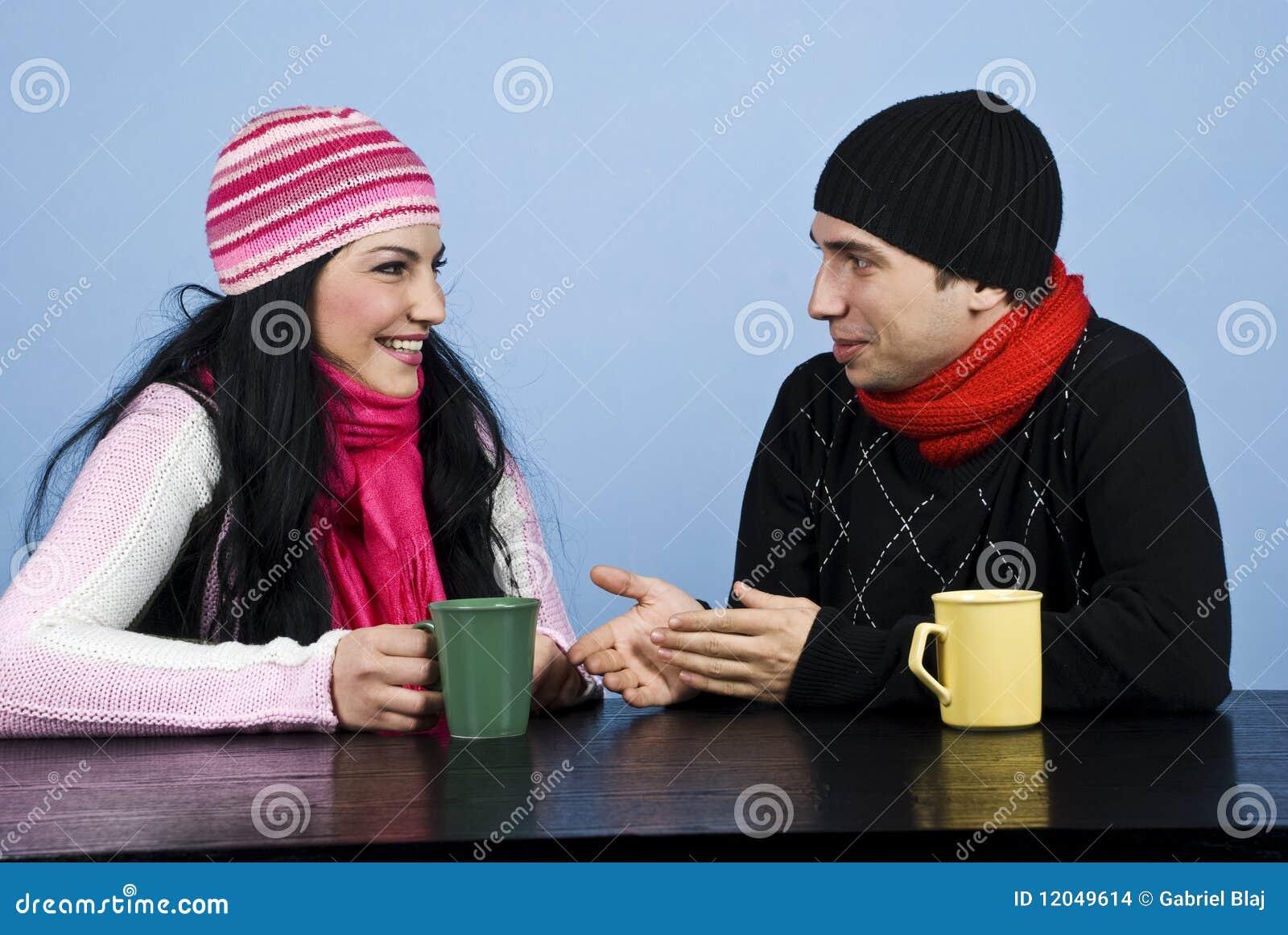 Conversación de los pares y risa junto