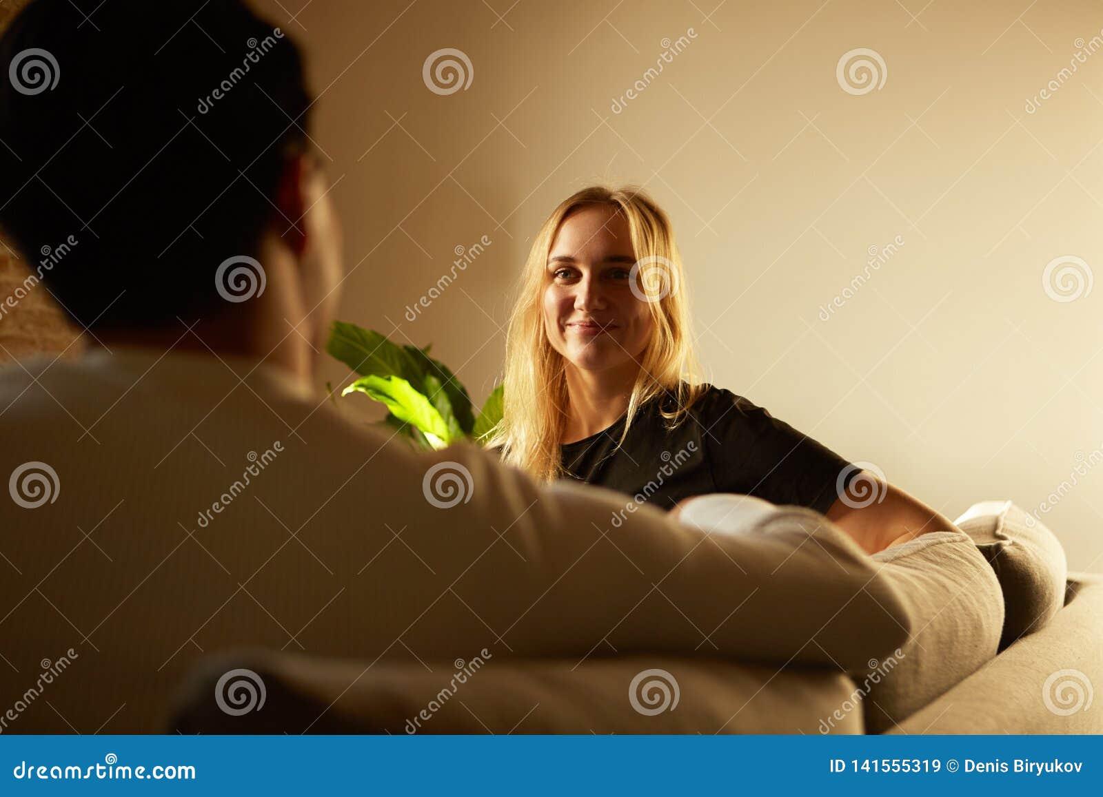 Conversation d homme attirant et de jeune femme blonde à la maison Famille à la maison
