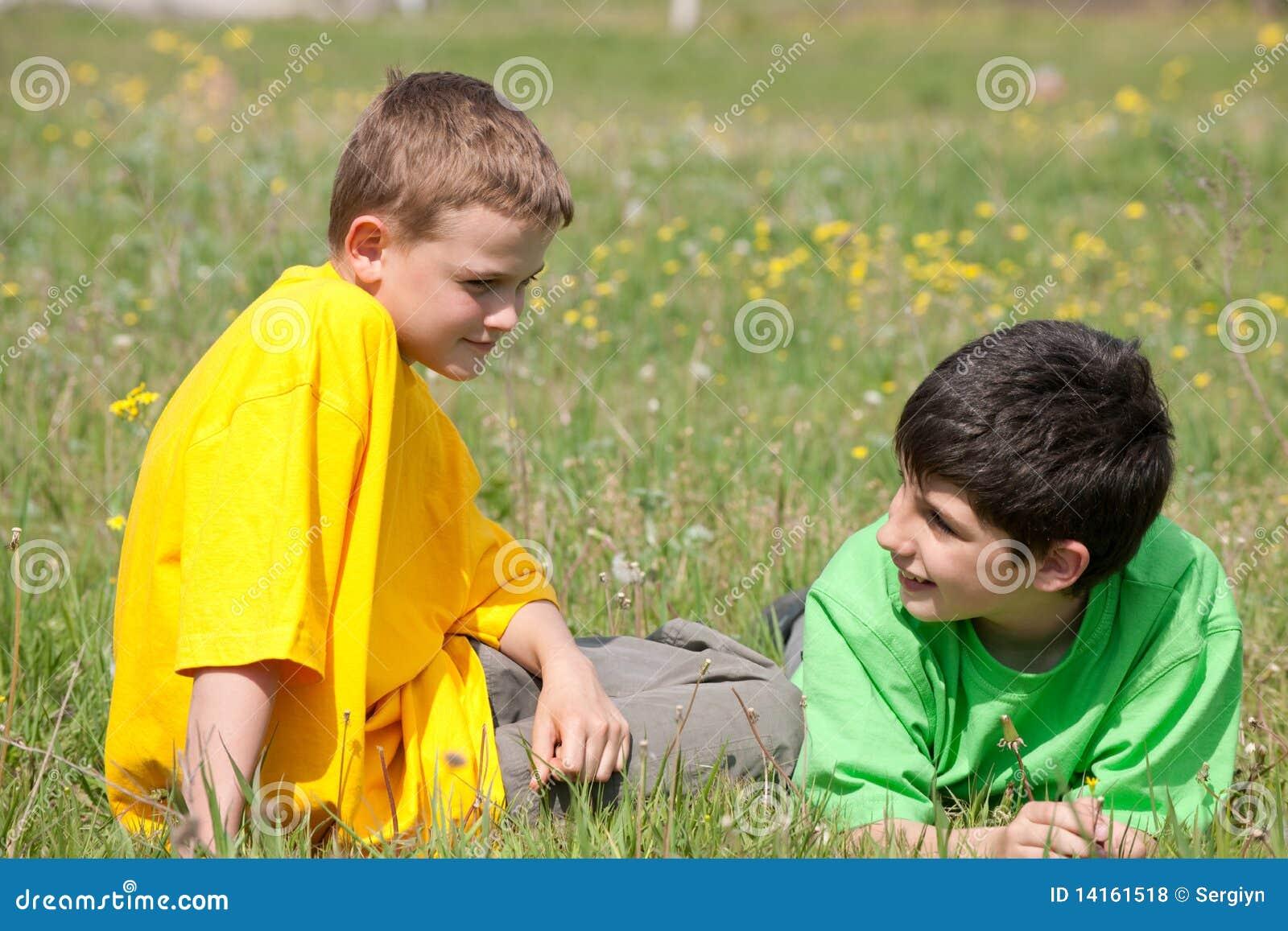 Conversation de deux garçons sur l herbe