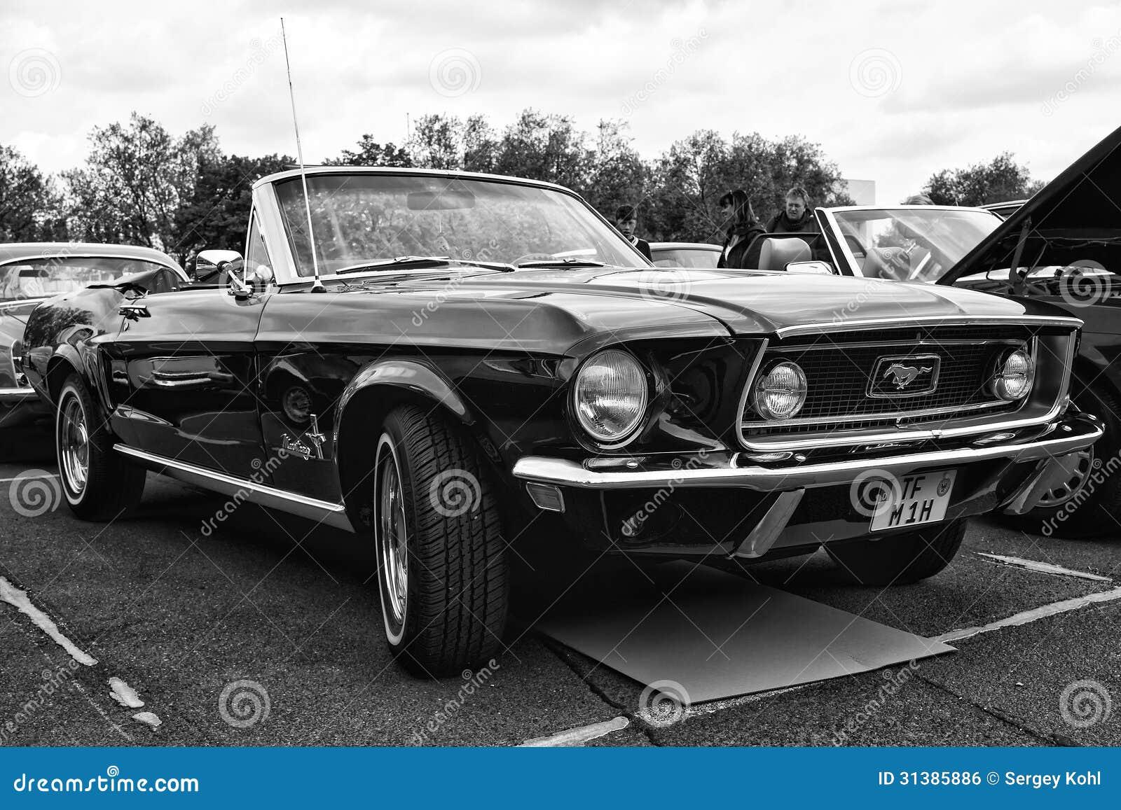 convertible de ford mustang de voiture noir et blanc. Black Bedroom Furniture Sets. Home Design Ideas