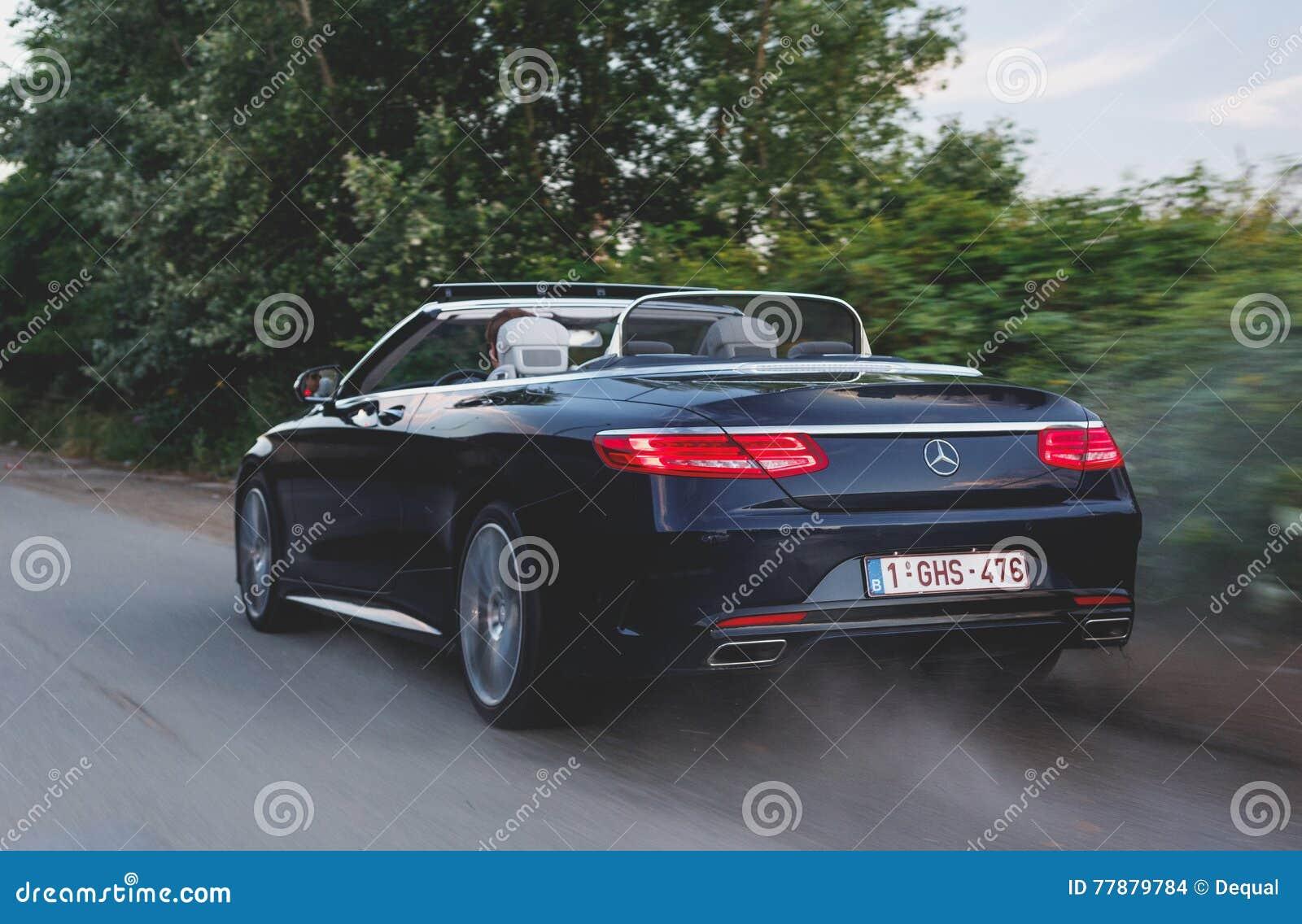 Convertible De Mercedes-Benz S500 En El Movimiento Imagen de archivo editorial