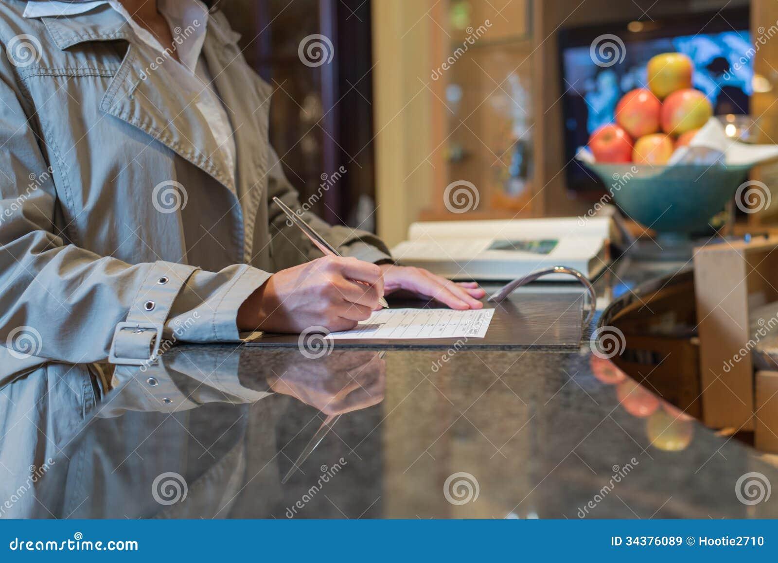 Convidado que enche-se no formulário de inscrição
