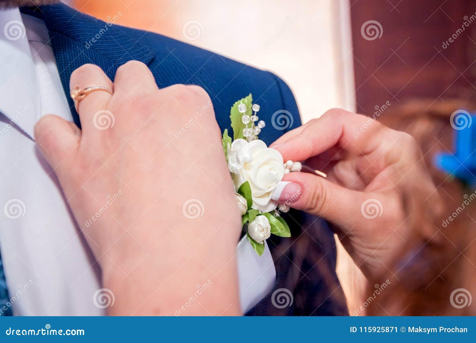 Convidados que jogam confetes sobre noivos At Wedding