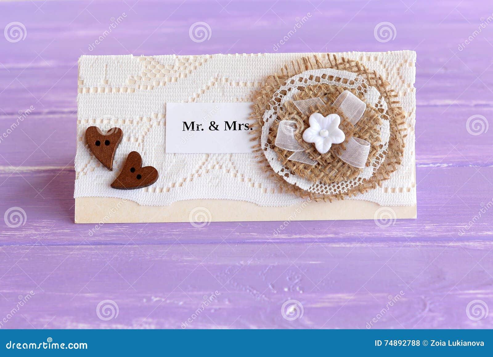 Convite Do Casamento Do Vintage No Fundo De Madeira Lilás Ofícios